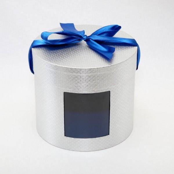 Коробка шляпная с окном БЛЕСК, 23 см х 20 см55052Дизайнерская фактурная бумага-металлик, лента-бант, окно.Внутри картонная перегородкаВместимость 3 кг. Картон, бумага