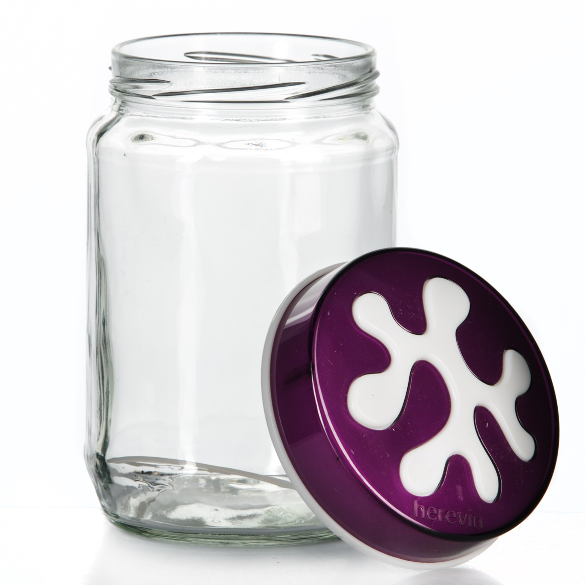 Банка для сыпучих продуктов Herevin, цвет: фиолетовый, 720 мл. 135367-003VT-1520(SR)Банка для сыпучих продуктов Herevin изготовлена из прочного стекла и оснащена плотно закрывающейся пластиковой крышкой. Благодаря этому внутри сохраняется герметичность, и продукты дольше остаются свежими. Изделие предназначено для хранения различных сыпучих продуктов: круп, чая, сахара, орехов и т.д. Функциональная и вместительная, такая банка станет незаменимым аксессуаром на любой кухне. Можно мыть в посудомоечной машине. Пластиковые части рекомендуется мыть вручную.Объем: 720 мл.Диаметр (по верхнему краю): 7,5 см.Высота банки (без учета крышки): 14 см.