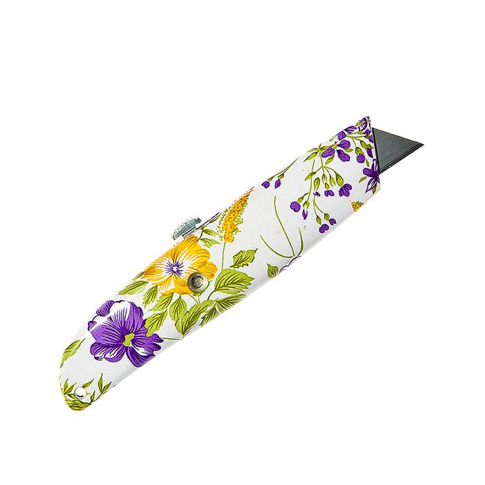 Нож садовый Village People Свежесть, цвет: белый, желтый, фиолетовый, длина лезвия 2,5 см28156Садовый нож Village People Свежесть выполнен из нейлона. Лезвие выполнено из стали и имеет выдвижной механизм. Нож оформлен красочным изображением цветов и предназначен для садовых нужд. Он подходит для мелкой обрезки, окулировки, прививки, зачистки ран и многих других садовых работ. Общая длина ножа: 15 см. Длина лезвия: 2,5 см.