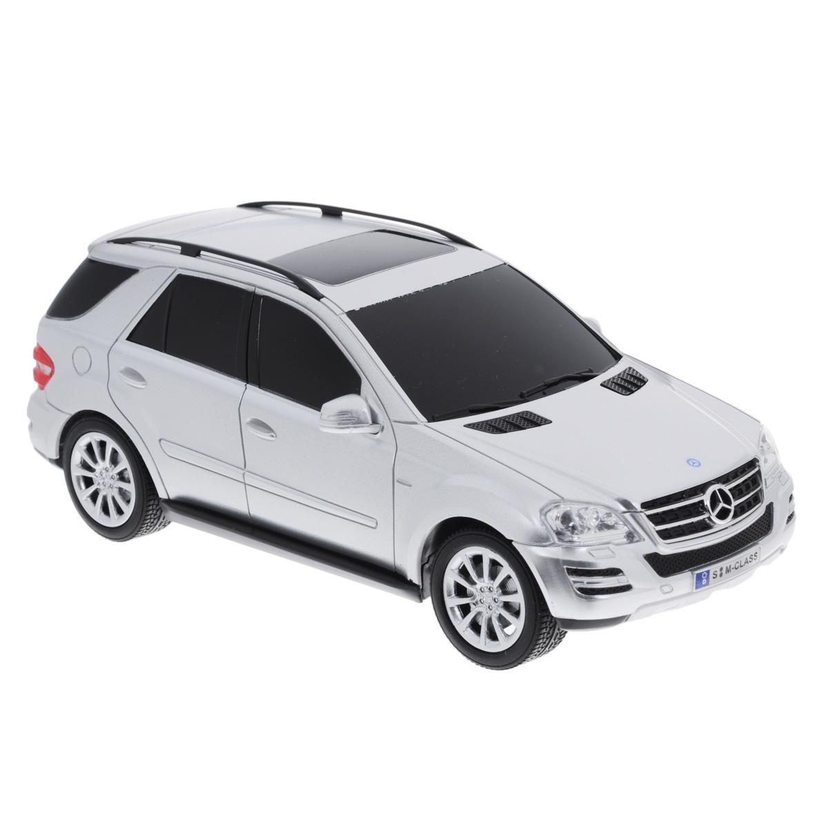 """Все мальчишки любят мощные крутые тачки! Особенно если это дорогие машины известной марки, которые, проезжая по улице, обращают на себя восторженные взгляды пешеходов. Радиоуправляемая модель TopGear """"Mercedes-Benz M350"""" - это детальная копия существующего автомобиля в масштабе 1:24. Машинка изготовлена из прочного легкого пластика; колеса прорезинены. При движении передние и задние фары машины светятся. При помощи пульта управления автомобиль может перемещаться вперед, дает задний ход, поворачивает влево и вправо, останавливается. Встроенные амортизаторы обеспечивают комфортное движение. В комплект входят машинка и пульт управления. Автомобиль отличается потрясающей маневренностью и динамикой. Ваш ребенок часами будет играть с моделью, устраивая захватывающие гонки. Для работы машины необходимо докупить 3 батарейки напряжением 1,5V типа АА (не входят в комплект). Для работы пульта управления необходимо докупить 2 батарейки напряжением 1,5V типа АА..."""