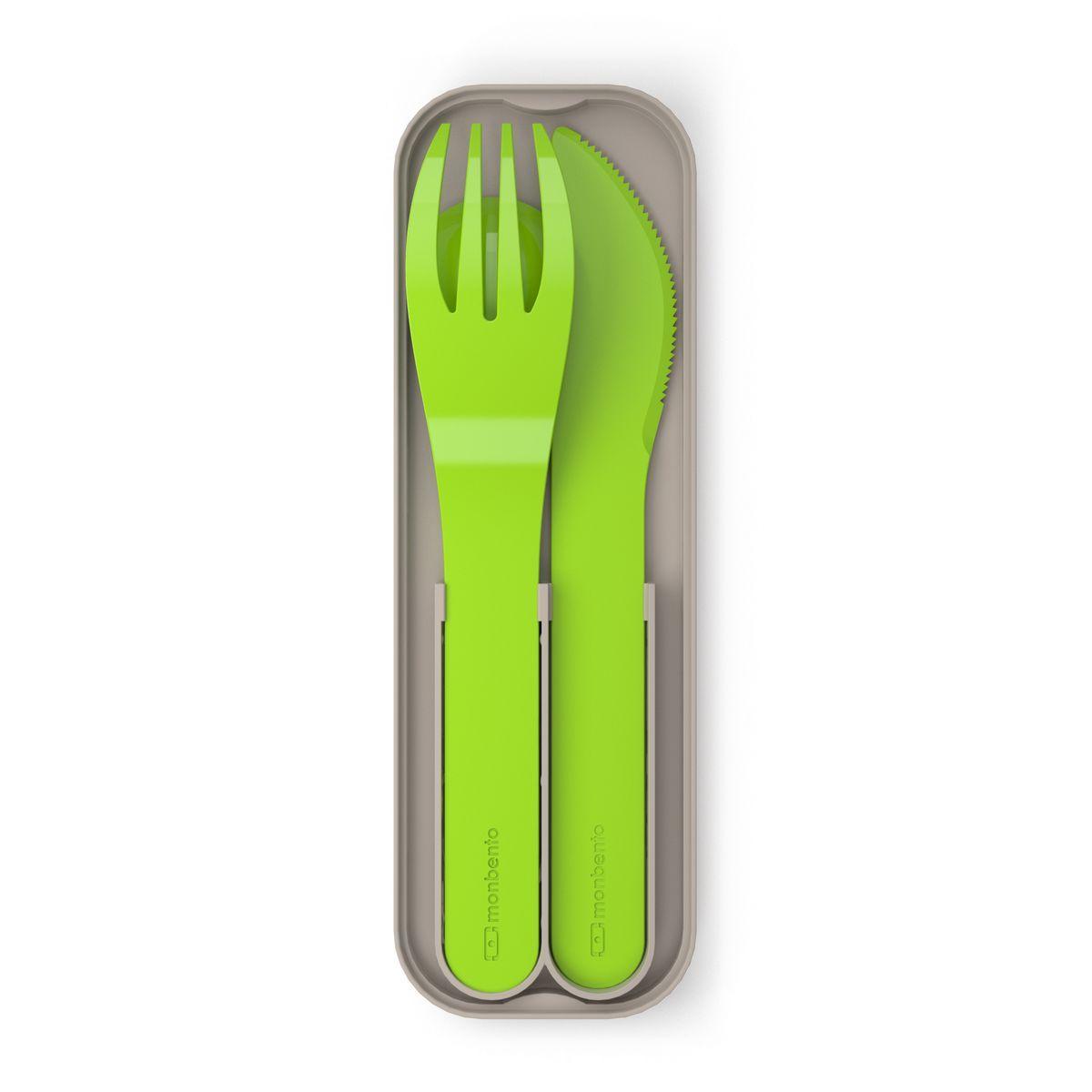 Набор столовых приборов Monbento Pocket, в футляре, цвет: зеленый, 4 предмета. 1007 02 011115510Набор столовых приборов Monbento Pocket состоит из ложки, вилки и ножа. Изделия выполнены из термопластика. Набор поставляется в компактном пластиковом футляре, который удобно носить с собой. Не важно, собираетесь ли вы в поездку или обедаете на рабочем месте - набор Monbento Pocket подойдет для любого случая. Набор соответствует размерам крышки ланч-боксов Monbento. Вы сможете легко зафиксировать столовые приборы для удобной переноски. Столовые приборы можно мыть в посудомоечной машине.Длина вилки/ножа: 14 см. Размер рабочей части вилки: 4 х 2,5 см.длина лезвия ножа: 4,5 см.Длина ложки: 11,5 см. Размер рабочей части ложки: 3,5 х 2,5 см.Размер футляра: 14,5 х 4,5 х 1,5 см.
