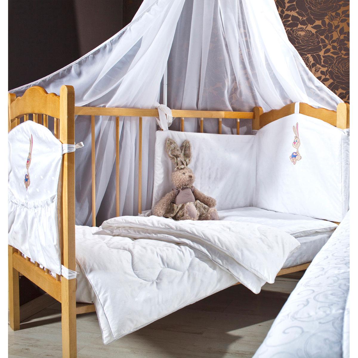 Комплект в кроватку Primavelle Lovely, цвет: голубой, 5 предметов531-105Комплект в кроватку Primavelle Lovely прекрасно подойдет для кроватки вашего малыша, добавит комнате уюта и согреет в прохладные дни. В качестве материала верха использован натуральный 100% хлопок. Мягкая ткань не раздражает чувствительную и нежную кожу ребенка и хорошо вентилируется. Подушка и одеяло наполнены гипоаллергенным бамбуковым волокном. Бамбук является природным антисептиком, обладающим уникальными антибактериальными и дезодорирующими свойствами. Бортики наполнены экофайбером, который не впитывает запах и пыль. Балдахин выполнен из легкой прозрачной вуали. В комплекте - удобный карман на кроватку для всех необходимых вещей.Очень важно, чтобы ваш малыш хорошо спал - это залог его здоровья, а значит вашего спокойствия. Комплект Primavelle Lovely идеально подойдет для кроватки вашего малыша. На нем ваш кроха будет спать здоровым и крепким сном.Комплектация:- бортик (180 см х 46 см); - балдахин (420 см х 160 см);- подушка (40 см х 60 см);- одеяло (110 см х 140 см);- кармашек (60 см х 45 см).