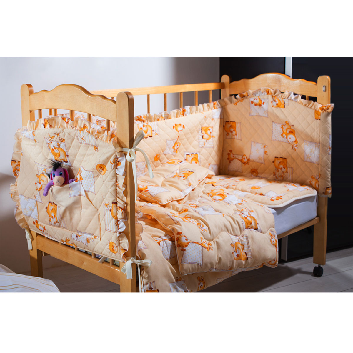 Комплект КРОХА-2(бортик, одеяло, подушка,кармашек) (бежевый)531-105Комплект в кроватку Кроха (4 изделия в комплекте) с наполнителем Экофайбер™ в чехле из набивной хлопковой ткани, отделка-рюша, бортики с безниточной стежкой Ультрастеп™, одеяла с декоративной ниточной стежкой, (детская подушка - 40х60, легкое одеяло 110х140, кармашек 60х45, бортик 360х45), цвета: бежевый, розовый, голубой (упаковка -сумка ПВХ)