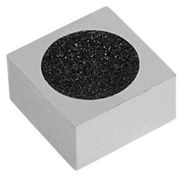 Инструмент для обработки наклейки Skiba Cube SS-1137332515-2800Двусторонний инструмент для обработки наклейки Skiba Cube SS-1137 выполнен из прочного металла с использованием карбида кремния в качестве абразива, имеющего неограниченный срок службы. Одна сторона инструмента используется для придания наклейке правильной сферической формы, другая - для рыхления наклейки с целью придания ей шероховатой поверхности (в этом случае наклейка лучше держит на своей поверхности мел, что обеспечивает лучшее соприкосновение с шаром во время удара, существенно уменьшая вероятность кикса).