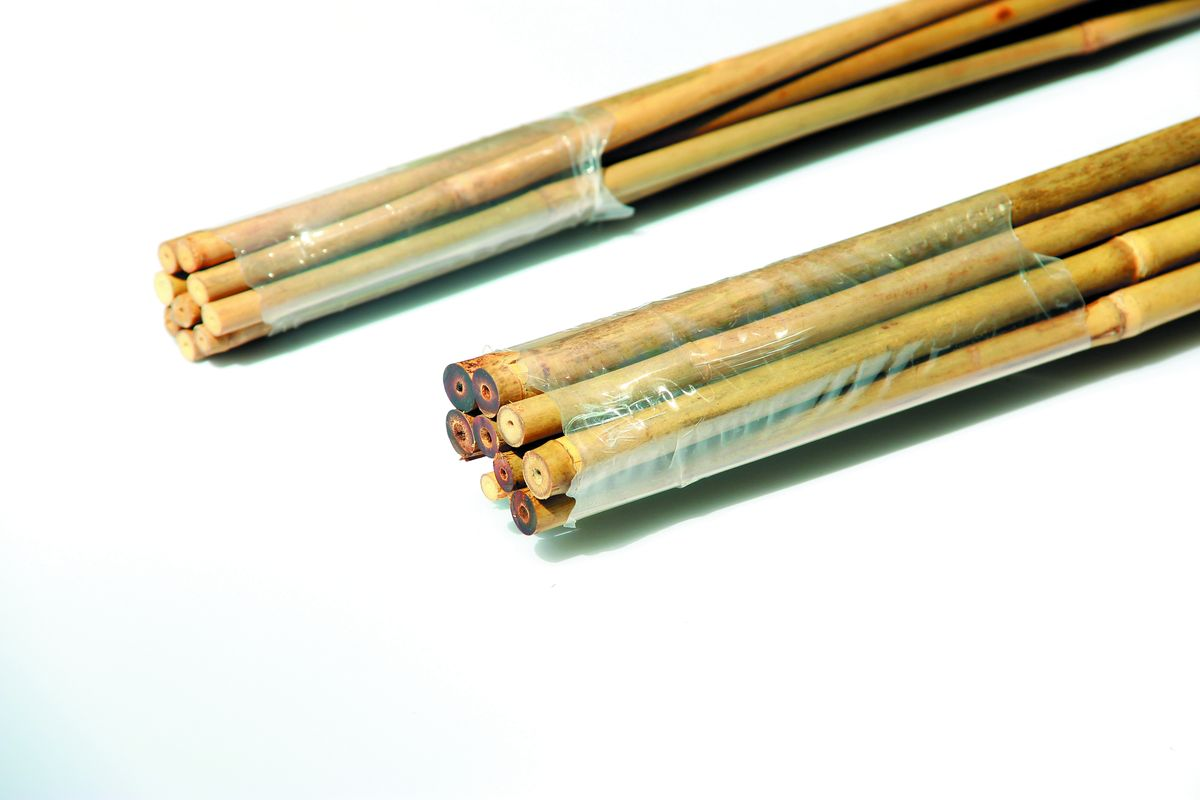 Опора для растений Green Apple, бамбуковая, диаметр 1 см, длина 75 см, 5 штХ-12-2Опора Green Apple изготовлена из натуральных стеблей бамбука, экологически чистого материала устойчивого к перепадам температуры. Не расслаивается, не выгорает на солнце, не боится влаги. Она используется для поддержки как садовых, так и комнатных растений. Диаметр стебля: 1 см. Комплектация: 5 шт.