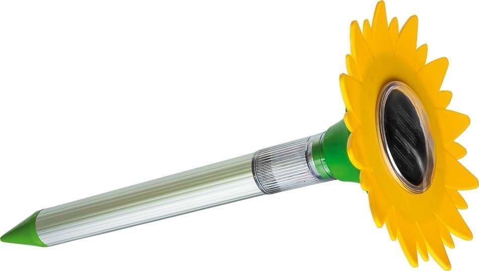 Ультразвуковой отпугиватель кротов HELP, зарядка от солнечной батареиGC220/05Ультразвуковой отпугиватель кротов HELP изготовлен из пластика и алюминия.Принцип работы:Звуковые волны, генерируемые прибором, воздействуют на грызунов, причиняя им дискомфорт, заставляя их покидать территорию покрытия прибора (до 800 м2). Звуковые волны полностью безопасны для людей и животных. Для установки устройства проделайте в земле подходящее по диаметру углубление и поместите туда отпугиватель (нельзя забивать устройство в землю).Заряжается отпугиватель от солнечной батареи, расположенной сверху, благодаря чему вам не придется заботиться о замене элементов питания. Отпугиватель начинает работать сразу, как только вы соедините кабель, который находиться внутри алюминиевого корпуса, с разъемом в крышке прибора. Отключается прибор путем отсоединения кабеля. Работа устройства сопровождается свечением фонаря (прозрачная часть между алюминиевой трубкой и крышкой отпугивателя).