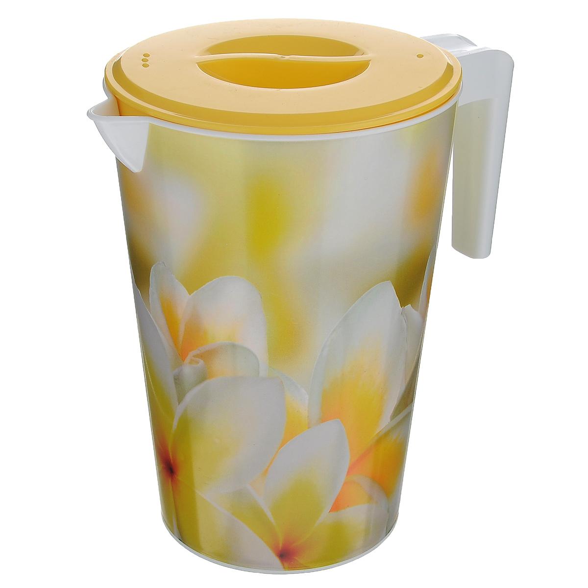 Кувшин Альтернатива Романтика, с крышкой, цвет: желтый, 2 л5441514Кувшин Альтернатива Романтика, выполненный из пластика и декорированный ярким цветочным рисунком, элегантно украсит ваш стол. Кувшин оснащен удобной ручкой и плотно закрывающейся пластиковой крышкой. Изделие имеет носик для выливания жидкости. Подойдет для подачи воды, сока, компота и других напитков. Кувшин Альтернатива Романтика дополнит интерьер вашей кухни и станет замечательным подарком к любому празднику. Объем: 2 л. Диаметр (по верхнему краю): 14 см.Диаметр основания: 10,5 см.Высота кувшина: 19,5 см.