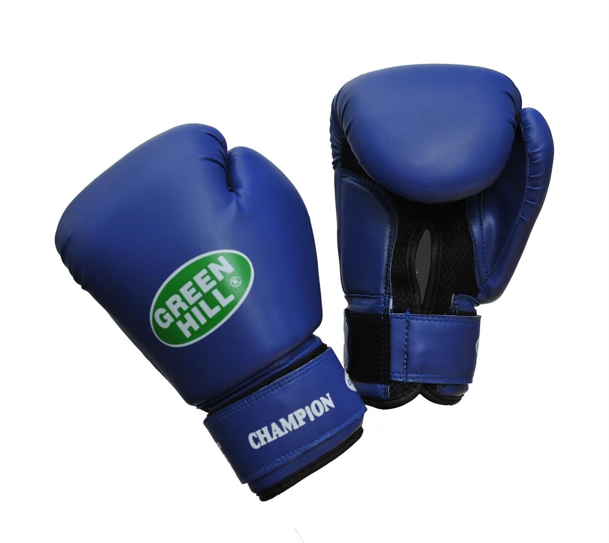 Перчатки боксерские Green Hill Champion, цвет: синий. Вес 10 унцийBGG-2018Боксерские перчатки Green Hill Champion предназначены для тренировок и соревнований. Верх выполнен из синтетической кожи, наполнитель - из пенополиуретана. Вставка из прочной замшевой сетки в области ладони позволяет создать максимально комфортный терморежим во время занятий. Перчатка хорошо проветривается благодаря системе воздухообмена. Широкий ремень, охватывая запястье, полностью оборачивается вокруг манжеты, благодаря чему создается дополнительная защита лучезапястного сустава от травмирования. Застежка на липучке способствует быстрому и удобному одеванию перчаток, плотно фиксирует перчатки на руке.