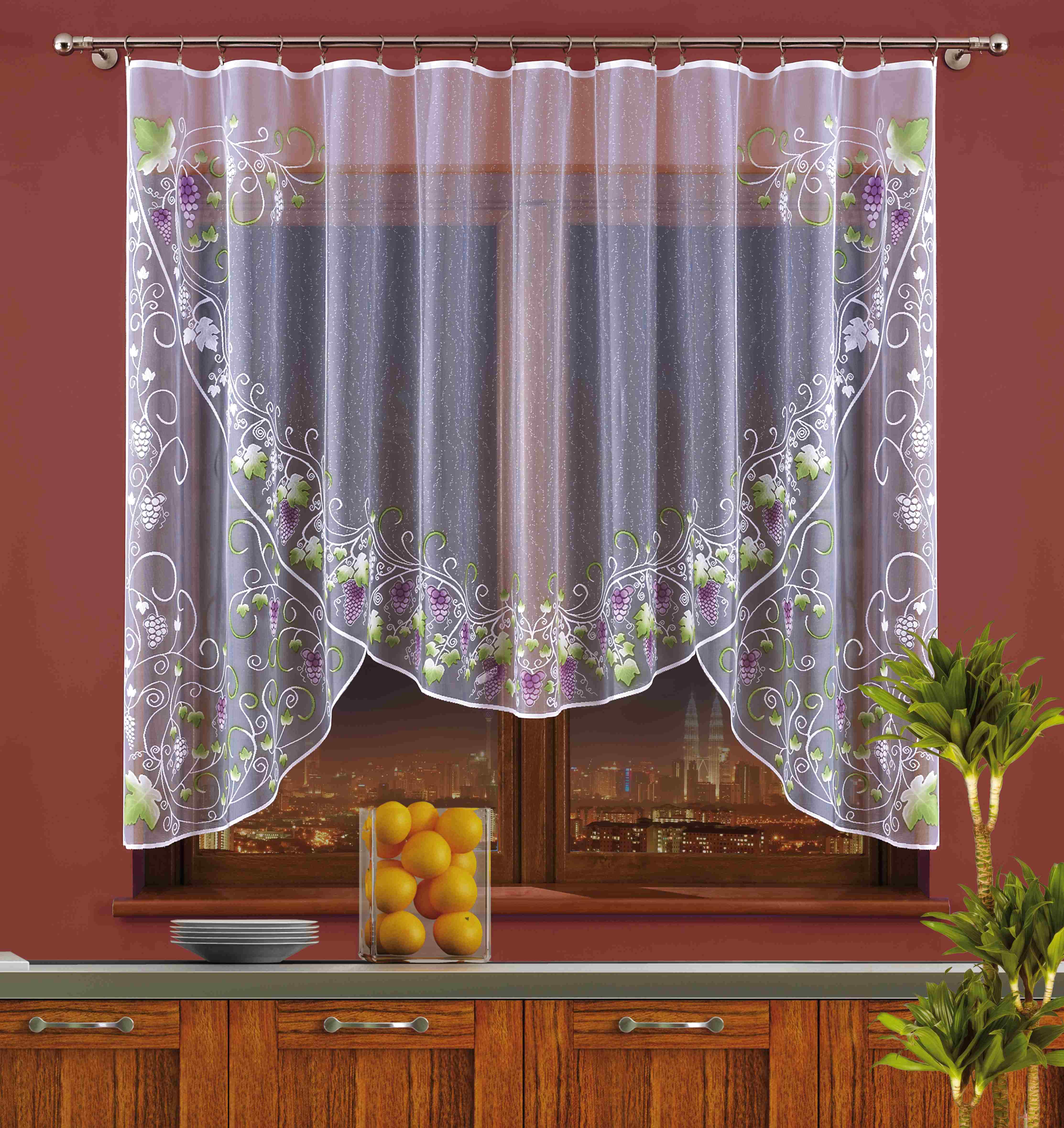 Штора для кухни Wisan, на ленте, цвет: белый, фиолетовый, зеленый, высота 150 см. 706АSVC-300Штора Wisan, выполненная из легкого полупрозрачного полиэстера, станет великолепным украшением кухонного окна. Изделие имеет ассиметричную длину и красивый рисунок в виде гроздей винограда по краю. Качественный материал и оригинальный дизайн привлекут к себе внимание и позволят шторе органично вписаться в интерьер помещения. Штора оснащена шторной лентой под зажимы для крепления на карниз.