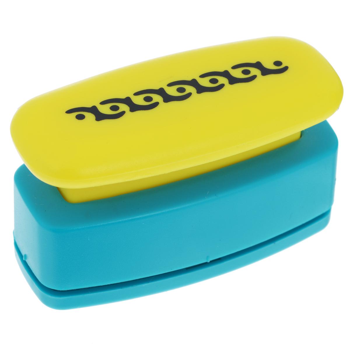 Дырокол фигурный Астра Орнамент, для края, цвет: желтый, голубой, №28FS-00897Дырокол Астра Орнамент поможет вам легко, просто и аккуратно вырезать много одинаковых мелких фигурок.Режущие части компостера закрыты пластмассовым корпусом, что обеспечивает безопасность для детей. Можно использовать вырезанные мотивы как конфетти или для наклеивания. Дырокол подходит для разных техник: декупажа, скрапбукинга, декорирования.Размер дырокола: 7 см х 4 см х 3 см. Размер готовой фигурки: 4,7 см х 1 см.