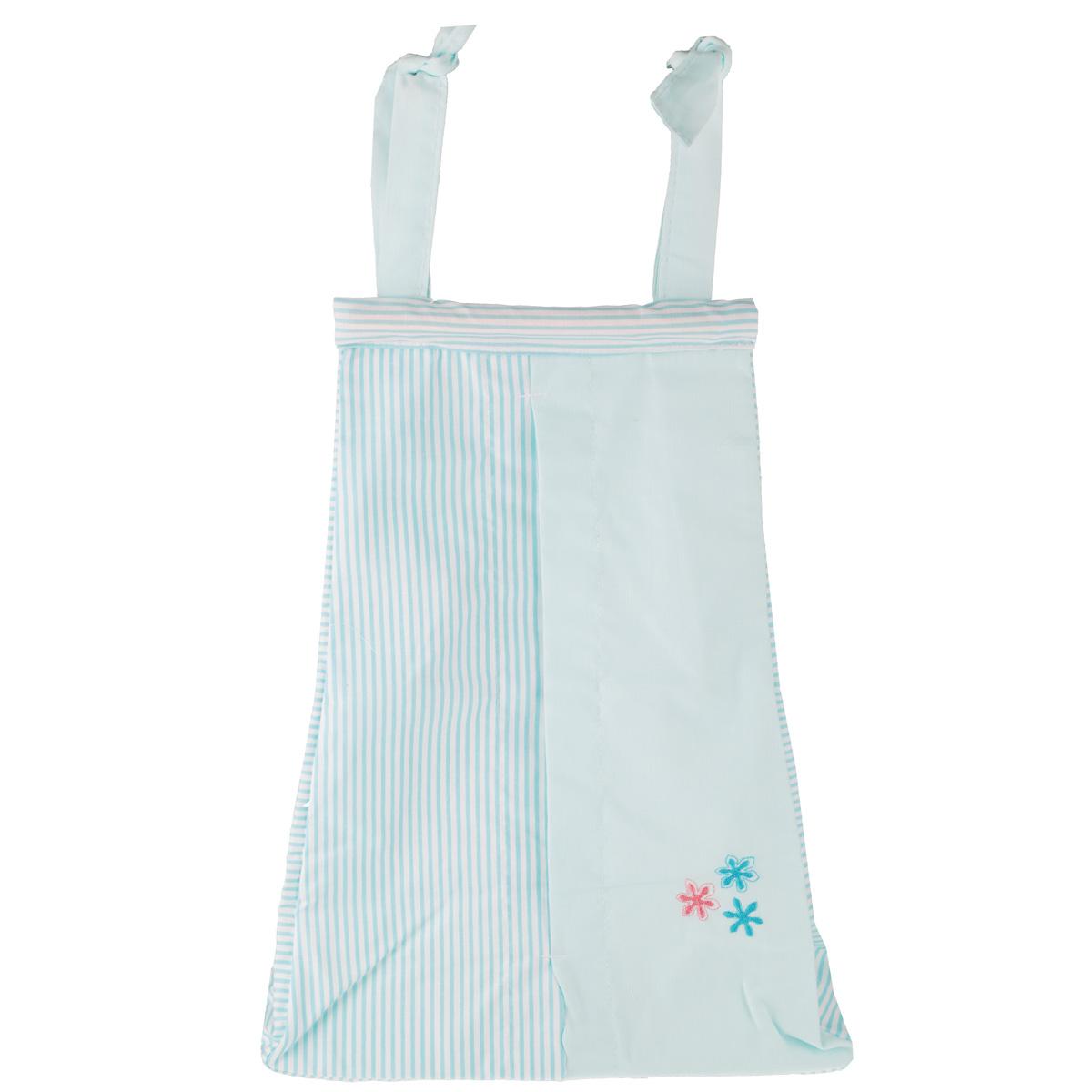 """Сумка для пеленок и подгузников Fairy """"Белые кудряшки"""", изготовленная из натурального 100% хлопка, декорирована изображением цветов. Изделие оборудовано одним вместительным отделением и предназначено для хранения самых необходимых вещей малыша (подгузников и пеленок). Из такой сумки легко доставать необходимые вещи, не прикладывая практически никаких усилий, так как она оснащена большим прорезным карманом посередине. С помощью текстильных веревочек, изделие можно привязывать к спинке кроватки. А благодаря наличию деревянной планки наверху, сумка не будет перекручиваться. Сумка станет отличным и незаменимым помощником для мам. Привлекательный дизайн и нежная расцветка позволяет ей гармонично вписаться в интерьер любой детской комнаты."""
