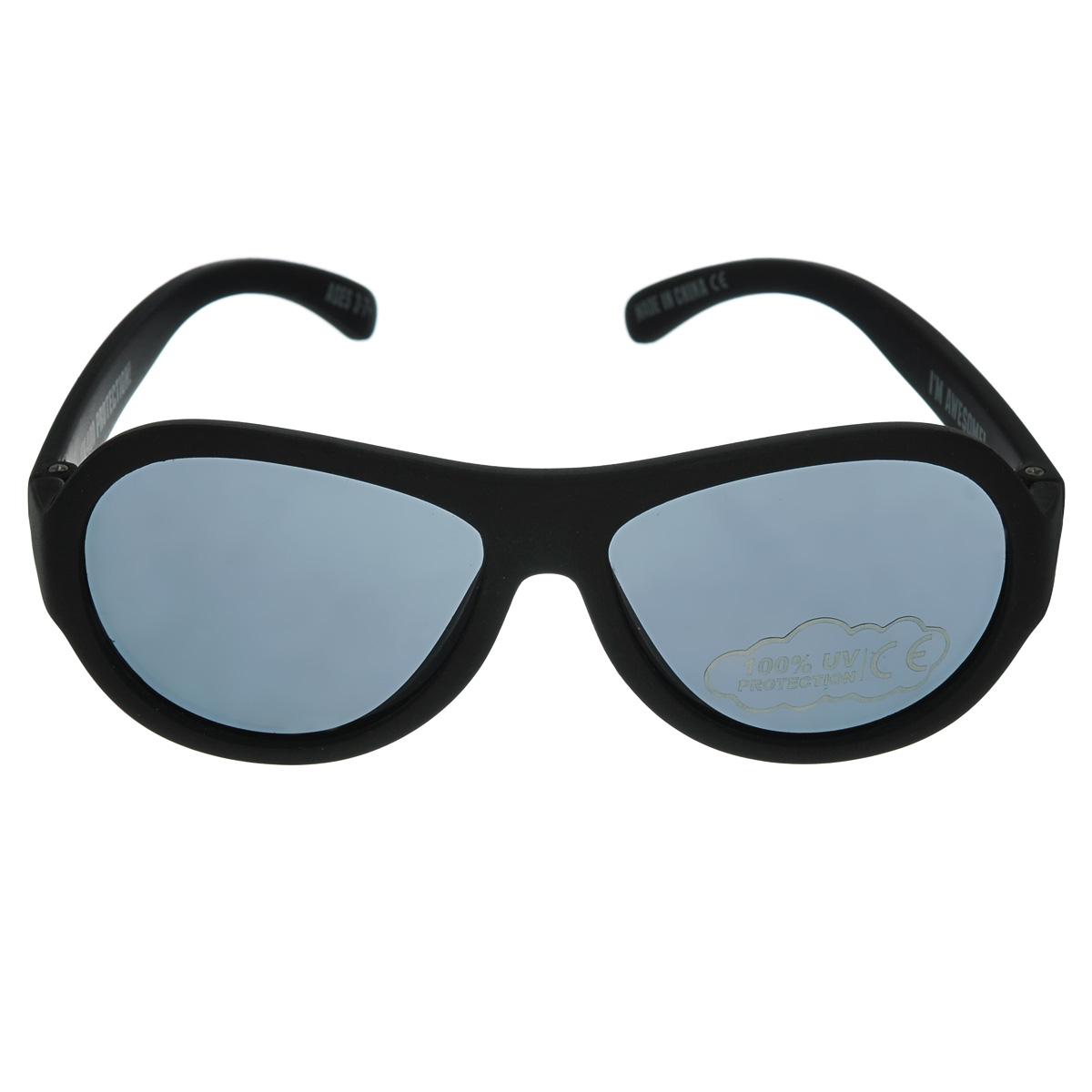 Детские солнцезащитные очки Babiators Спецназ (Black Ops), цвет: черный, 3-7 летBM8434-58AEЗащита глаз всегда в моде.Вы делаете все возможное, чтобы ваши дети были здоровы и в безопасности. Шлемы для езды на велосипеде, солнцезащитный крем для прогулок на солнце... Но как насчёт влияния солнца на глазах вашего ребёнка? Правда в том, что сетчатка глаза у детей развивается вместе с самим ребёнком. Это означает, что глаза малышей не могут отфильтровать УФ-излучение. Добавьте к этому тот факт, что дети за год получают трёхкратную дозу солнечного воздействия на взрослого человека (доклад Vision Council Report 2013, США). Проблема понятна - детям нужна настоящая защита, чтобы глазка были в безопасности, а зрение сильным.Каждая пара солнцезащитных очков Babiators для детей обеспечивает 100% защиту от UVA и UVB. Прочные линзы высшего качества не подведут в самых сложных переделках. В отличие от обычных пластиковых очков, Babiators выполнены из гибкой резины, что делает их ударопрочными.Будьте уверены, что очки Babiators созданы безопасными, прочными и классными, так что вы и ваш маленький лётчик можете приступать к своим приключениям!