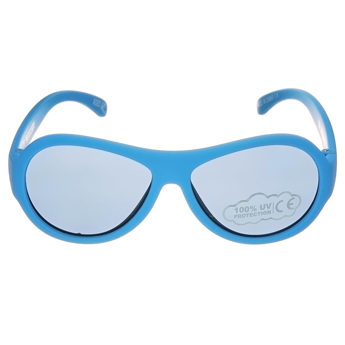 Детские солнцезащитные очки Babiators Пляж (Beach), цвет: голубой, 3-7 летBM8434-58AEЗащита глаз всегда в моде.Вы делаете все возможное, чтобы ваши дети были здоровы и в безопасности. Шлемы для езды на велосипеде, солнцезащитный крем для прогулок на солнце... Но как насчёт влияния солнца на глаза вашего ребёнка? Правда в том, что сетчатка глаза у детей развивается вместе с самим ребёнком. Это означает, что глаза малышей не могут отфильтровать УФ-излучение. Добавьте к этому тот факт, что дети за год получают трёхкратную дозу солнечного воздействия на взрослого человека (доклад Vision Council Report 2013, США). Проблема понятна - детям нужна настоящая защита, чтобы глазка были в безопасности, а зрение сильным.Каждая пара солнцезащитных очков Babiators для детей обеспечивает 100% защиту от UVA и UVB. Прочные линзы высшего качества не подведут в самых сложных переделках. В отличие от обычных пластиковых очков, Babiators выполнены из гибкой резины, что делает их ударопрочными.Будьте уверены, что очки Babiators созданы безопасными, прочными и классными, так что вы и ваш маленький лётчик можете приступать к своим приключениям!