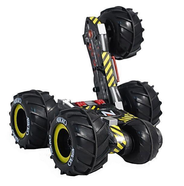 Машина Nikko SlammR 900017 имеет всего пять колес, четыре ведущих, а пятое колесо обеспечивает необходимую балансировку и устойчивость, наделяет ее уникальной проходимостью, достойное название - трансформер-вездеход. Модель может двигаться вперед, назад, а также делать развороты на 360 градусов. Она развивает скорость до 15 км/ч.