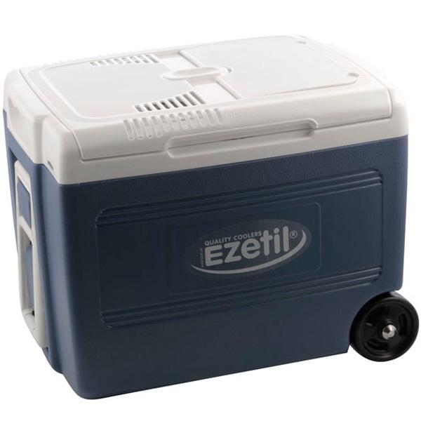 Термоэлектрический контейнер охлаждения Ezetil E 40 М 12/230V, на колесах, цвет: голубой, 40 л776263Термоэлектрический контейнер охлаждения Ezetil предназначен для использования в салоне автомобиля в качестве портативного холодильника. Контейнер выполнен из высококачественного пищевого пластика. Корпус гладкий, эргономичного дизайна, ударопрочный. Принцип действия термоэлектрического контейнера (холодильника) основан на свойстве полупроводниковых пластин, это свойство получило название эффект Пельтье. При протекании тока через полупроводниковую пластину одна сторона ее охлаждается (этой стороной пластина обращена внутрь контейнера), другая сторона - нагревается (эта сторона обращена наружу и охлаждается вентилятором). Мощная, не нуждающаяся в техобслуживании охлаждающая система Peltier гарантирует оптимальную мощность охлаждения. Модель оснащена интеллектуальной системой энергосбережения.Изоляция с наполнителем из пеноматериала поддерживает в холодном состоянии пищу и напитки в течение длительного времени в т.ч. и без подачи электроэнергии. Для повышения эффективности термоэлектрического контейнера (холодильника), а также когда он не подключен к сети (например, на даче, на пикнике) внутрь автохолодильника можно поместить аккумуляторы холода (в комплект не входят). Контейнер работает от бортовой сети автомобиля 12 вольт, а также от домашней сети 220 вольт, что позволяет хранить продукты неограниченно длительное время (например, на даче). Шнуры питания вмонтированы в специальный отсек на тыльной части крышки. Контейнер имеет широко открывающуюся крышку для легкого доступа к продуктам. Крышка плотно и герметично закрывается. Данная модель имеет складную пластиковую ручку и два колеса, что позволяет удобно транспортировать холодильник. Литые ручки по бокам для удобной выгрузки и загрузки контейнера в багажник автомобиля. Контейнер очень вместительный: в него с легкостью вместятся 3 бутылки по 1,5 л и 6 бутылок по 0,7 л или 44 алюминиевых банки по 0,33 л. Конструкция и ф
