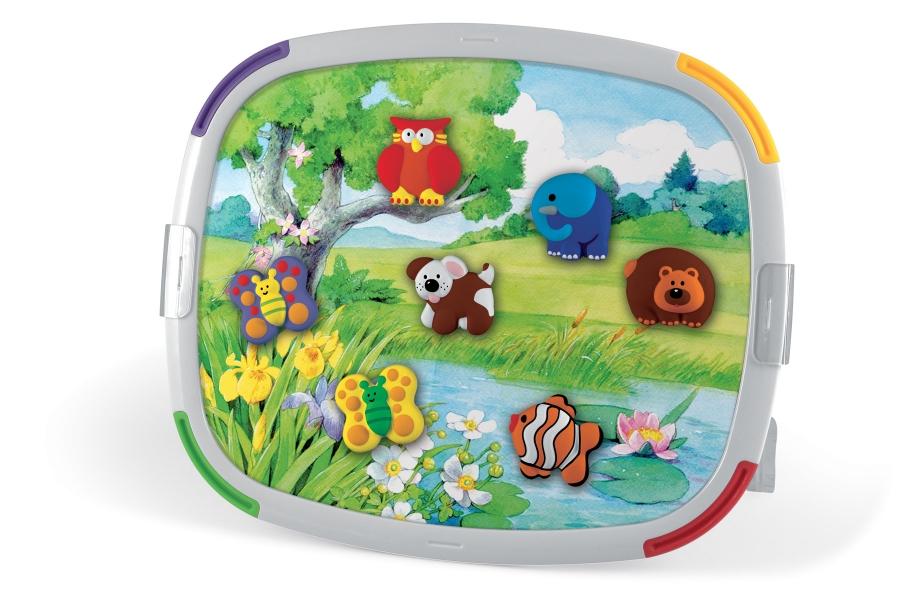 """Магнитная доска Quercetti """"Tablet Creativo"""" создана специально для юных творцов. В набор входят: двухсторонняя магнитная доска, специальная масса для лепки, форма для создания фигурок, 12 маркеров разных цветов, 2 опоры, кейс для хранения. С помощью этого набора вы и ваш ребенок можете создать веселые магниты, которые можно приложить к двухсторонней доске, одна сторона которой имеет красочный вид, а другая белая, где ребенок сам сможет нарисовать картину для своего сценария игры. Благодаря специальной массе, которая легко формируется, не прилипает к рукам, и формам, ребенок может сделать фантастических животных в очень короткое время, а затем раскрасить их в любые цвета с помощью специальных маркеров. Игра развивает художественные навыки, координацию движений и призывает детей творчески мыслить."""