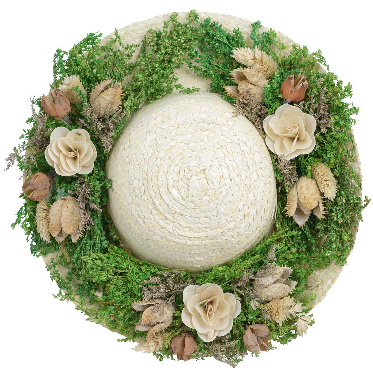 Декоративное настенное украшение Lillo Шляпа с цветами, цвет: светло-бежевый, зеленый, белыйБрелок для сумкиДекоративное подвесное украшение Lillo Шляпа с цветами выполнено из натуральной соломы и украшено сухоцветами. Такая шляпа станет изящным элементом декора в вашем доме. С задней стороны расположена петелька для подвешивания. Такое украшение не только подчеркнет ваш изысканный вкус, но и прекрасным подарком, который обязательно порадует получателя.Размер шляпы: 29 см х 29 см х 7,5 см.