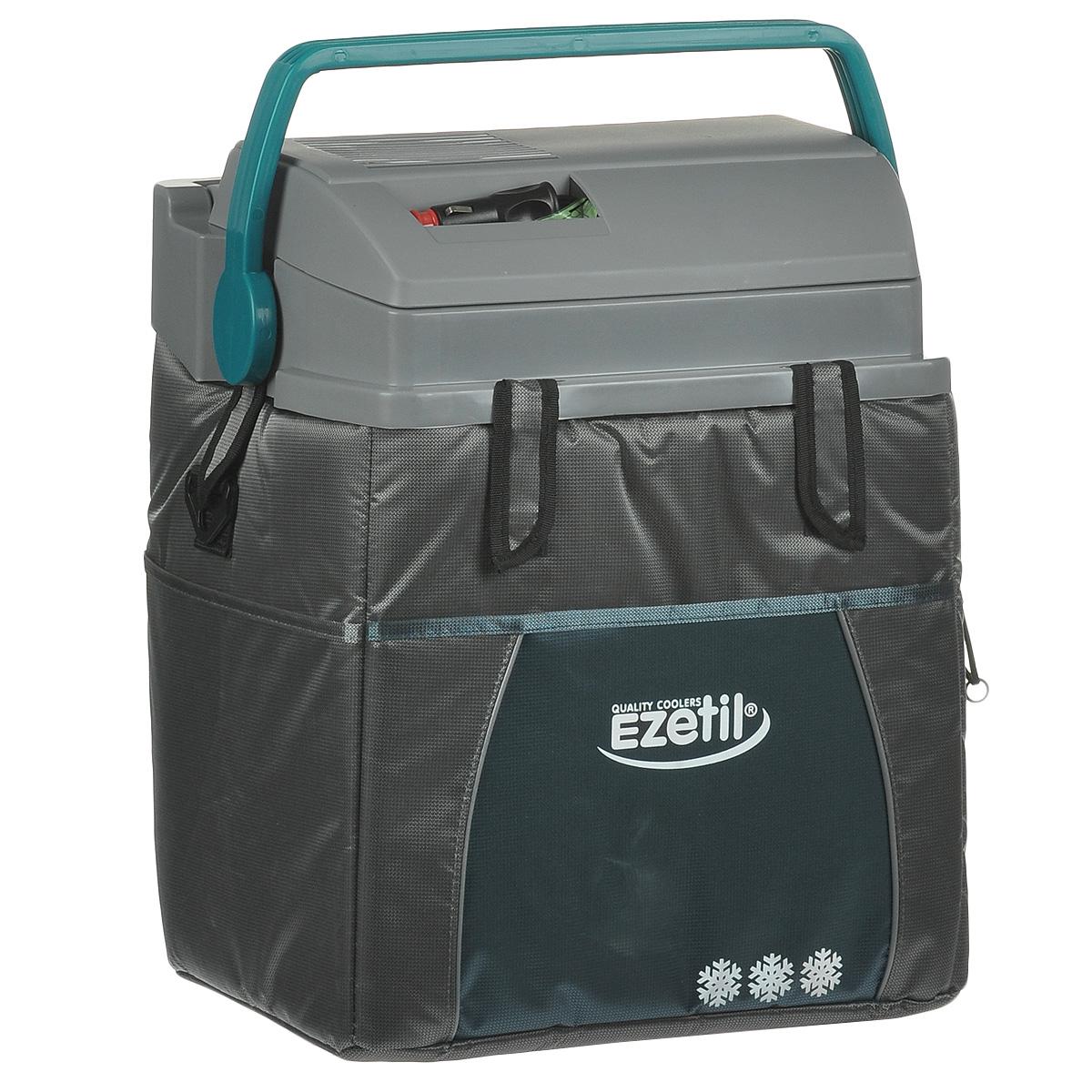 Термоэлектрический контейнер охлаждения Ezetil ESC 21 12V, цвет: серый, 19,6 л9103500790Термоэлектрический контейнер охлаждения Ezetil предназначен для использования в салоне автомобиля в качестве портативного холодильника. Контейнер выполнен из высококачественного пластика, корпус гладкий, эргономичного дизайна, ударопрочный; отделан прочной, легко моющейся тканью с боковыми карманами. Принцип действия термоэлектрического контейнера (холодильника) основан на свойстве полупроводниковых пластин, это свойство получило название эффект Пельтье. При протекании тока через полупроводниковую пластину одна сторона ее охлаждается (этой стороной пластина обращена внутрь контейнера), другая сторона - нагревается (эта сторона обращена наружу и охлаждается вентилятором). Дополнительный внутренний вентилятор в холодильной камере обеспечивает быстрое и равномерное охлаждение. Мощная, не нуждающаяся в техобслуживании охлаждающая система Peltier гарантирует оптимальную мощность охлаждения. Модель оснащена интеллектуальной системой энергосбережения.Изоляция с наполнителем из пеноматериала поддерживает в холодном состоянии пищу и напитки в течение длительного времени в т.ч. и без подачи электроэнергии. Для повышения эффективности термоэлектрического контейнера (холодильника), а также когда он не подключен к сети (например, на даче, на пикнике) внутрь автохолодильника можно поместить аккумуляторы холода (в комплект не входят). Специальная уплотнительная резина в крышке уменьшает образование конденсата в холодильной камере. Это особенно важно при охлаждении продуктов питания. Контейнер работает от бортовой сети автомобиля 12 вольт. Шнур питания вмонтирован в специальный отсек на верхней части крышки. Контейнер имеет широко открывающуюся крышку для легкого доступа к продуктам и усиленную подвижную ручку. Крышка плотно и герметично закрывается. Контейнер очень вместительный: в него с легкостью вместятся 6 бутылок по 1,5 л или 30 алюминиевых банок по 0,33 л. Контейнер снабжен отстегивающимс