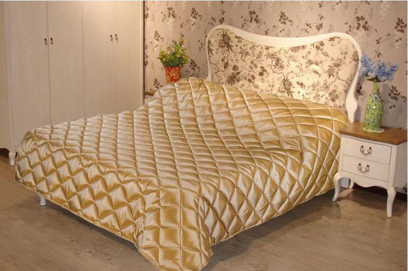 Покрывало стеганое Диана, цвет: золото, 150 х 200 смBH-UN0502( R)Изящное покрывало Диана, выполненное из тафты (100% полиэстер), гармонично впишется в интерьер вашего дома и создаст атмосферу уюта и комфорта. Тафта - это плотная изысканная ткань с легким глянцем и эффектом помятости. Внутренняя сторона покрывала изготовлена из микрофибры. Внутри - наполнитель из термофайбера. Покрывало окантовано и имеет фигурную стежку, которая равномерно удерживает наполнитель внутри и не позволяет ему скатываться. Покрывало практичное, легкое и удобное в использовании и уходе. Допускается стирка в машинах-автоматах при температуре 30°С, не линяет, не дает усадки. Благодаря мягкой и приятной текстуре, глубокому и насыщенному цвету, покрывало станет модной, практичной и уютной деталью вашего интерьера.