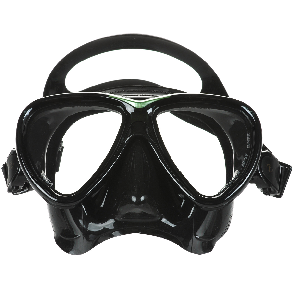 Маска для плавания Tusa Freedom One Pro, цвет: черный, зеленыйTS M-211 HRНовинка 2013 года.От обычной маски Freedom One серия Pro отличается линзами CrystalView AR/UV с антибликовым и УФ-защитным покрытием.Линзы с антибликовым покрытием значительно уменьшают количество отраженного света, в результате картинка становится более яркой, красочной и контрастной. Особая UV обработка этих линз обеспечивает 100% защиту от ультрафиолета UVA и UVB, блокируя спектр излучения до 400 нм.В маске применен ряд новых революционных технологий, обеспечивающих комфорт и прилегание маски к лицу. Ячеистая структура обтюратора переменной величины и диаметра в районе скул и по краям лба делают его более мягким и эластичным, что обеспечивает лучшее прилегании и уменьшает вероятность протекания.Переменная толщина силикона обтюратора в районе рта и нижней части носа делают процесс использования трубки максимально комфортным.Обтюратор по линии соприкосновения с кожей имеет поверхность пониженного трения и большую площадь соприкосновения с кожей.В данной маске применена недавно разработанная низкопрофильная пряжка, которая крепится прямо к силиконовому обтюратору.В результате получается компактная, легкая и технологически более совершенная модель маски, которую можно просто и быстро настроить под себя, добившись оптимального прилегания. Характеристики: Цвет: черный, зеленый. Ширина оправы маски: 15,5 см. Размер упаковки: 20 см x 10,5 см x 11 см. Материал: силикон, стекло, пластик. Артикул: TS M-211SQB BK/SG.Производитель: Тайвань.