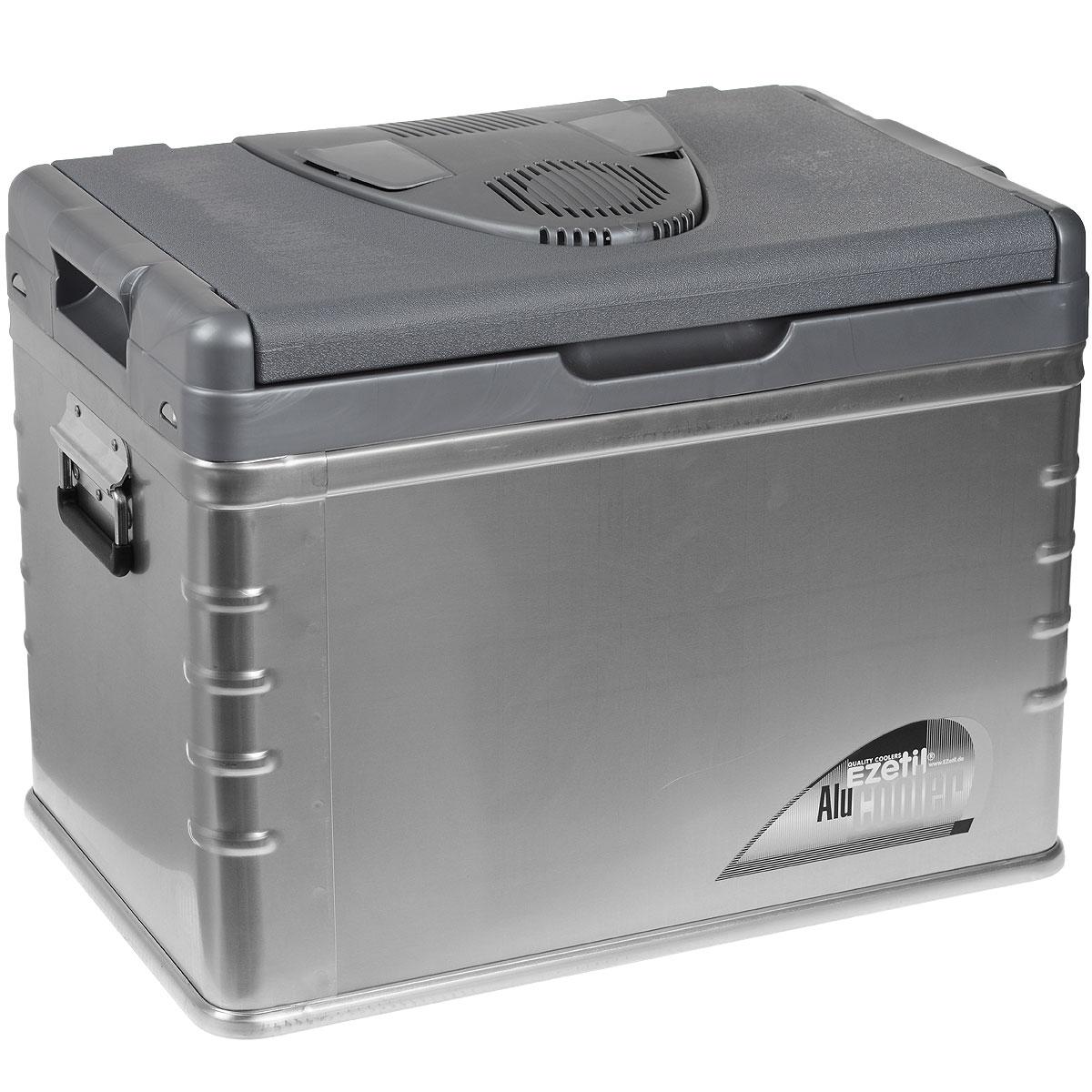 Термоэлектрический контейнер охлаждения Ezetil E45 ALU 12V, 42 л790009Термоэлектрический контейнер охлаждения Ezetil предназначен для использования в салоне автомобиля в качестве портативного холодильника. Контейнер выполнен из высококачественного пластика с отделкой алюминиевыми панелями, корпус гладкий, эргономичного дизайна, ударопрочный. Внутренняя камера изготовлена из экологически чистого пищевого пластика. Принцип действия термоэлектрического контейнера (холодильника) основан на свойстве полупроводниковых пластин, это свойство получило название эффект Пельтье. При протекании тока через полупроводниковую пластину одна сторона ее охлаждается (этой стороной пластина обращена внутрь контейнера), другая сторона - нагревается (эта сторона обращена наружу и охлаждается вентилятором). Дополнительный внутренний вентилятор в холодильной камере обеспечивает быстрое и равномерное охлаждение. Мощная, не нуждающаяся в техобслуживании охлаждающая система Peltier гарантирует оптимальную производительность по холоду. Действенная изоляция с наполнителем из пеноматериала толщиной 5 см поддерживает в холодном состоянии пищу и напитки в течение длительного времени в т.ч. и без подачи электроэнергии. Для повышения эффективности термоэлектрического контейнера (холодильника), а также когда он не подключен к сети (например, на даче, на пикнике) внутрь автохолодильника можно поместить аккумуляторы холода (в комплект не входят). Специальная уплотнительная резина в крышке уменьшает образование конденсата в холодильной камере. Это особенно важно при охлаждении продуктов питания. Контейнер работает от бортовой сети автомобиля 12В. Шнур питания вмонтирован в специальный отсек на тыльной стороне крышки. Модель оснащена интеллектуальной системой энергосбережения. Контейнер имеет широко открывающуюся крышку для легкого доступа к продуктам и две усиленных ручки по бокам для удобной переноски. Крышка плотно и герметично закрывается. Контейнер очень вместительный. Конструкция крышки и форм-факто