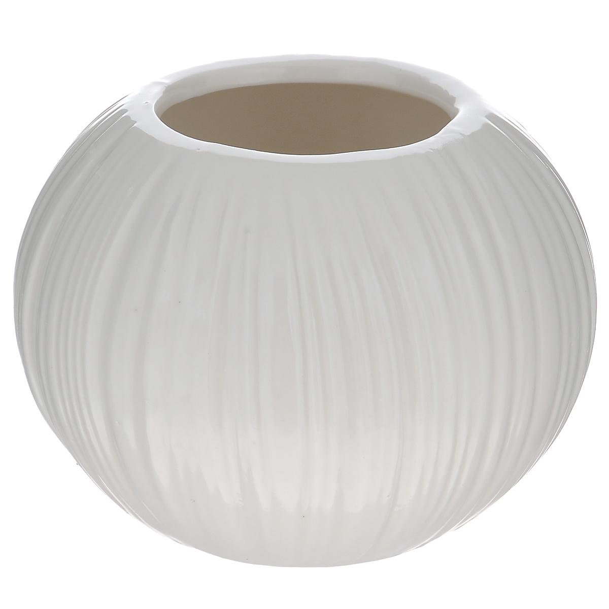 Ваза декоративная Blossom Line, цвет: белый, высота 9 смFS-91909Оригинальная ваза Blossom Line изготовлена из керамики. Рельефная волнообразная поверхностью вазы делает ее изящным украшением интерьера. При желании изделие можно оформить по собственному вкусу, например раскрасив его красками. Ваза Blossom Line дополнит интерьер офиса или дома и станет желанным и стильным подарком.Диаметр вазы: 6,5 см.Высота вазы: 9 см.