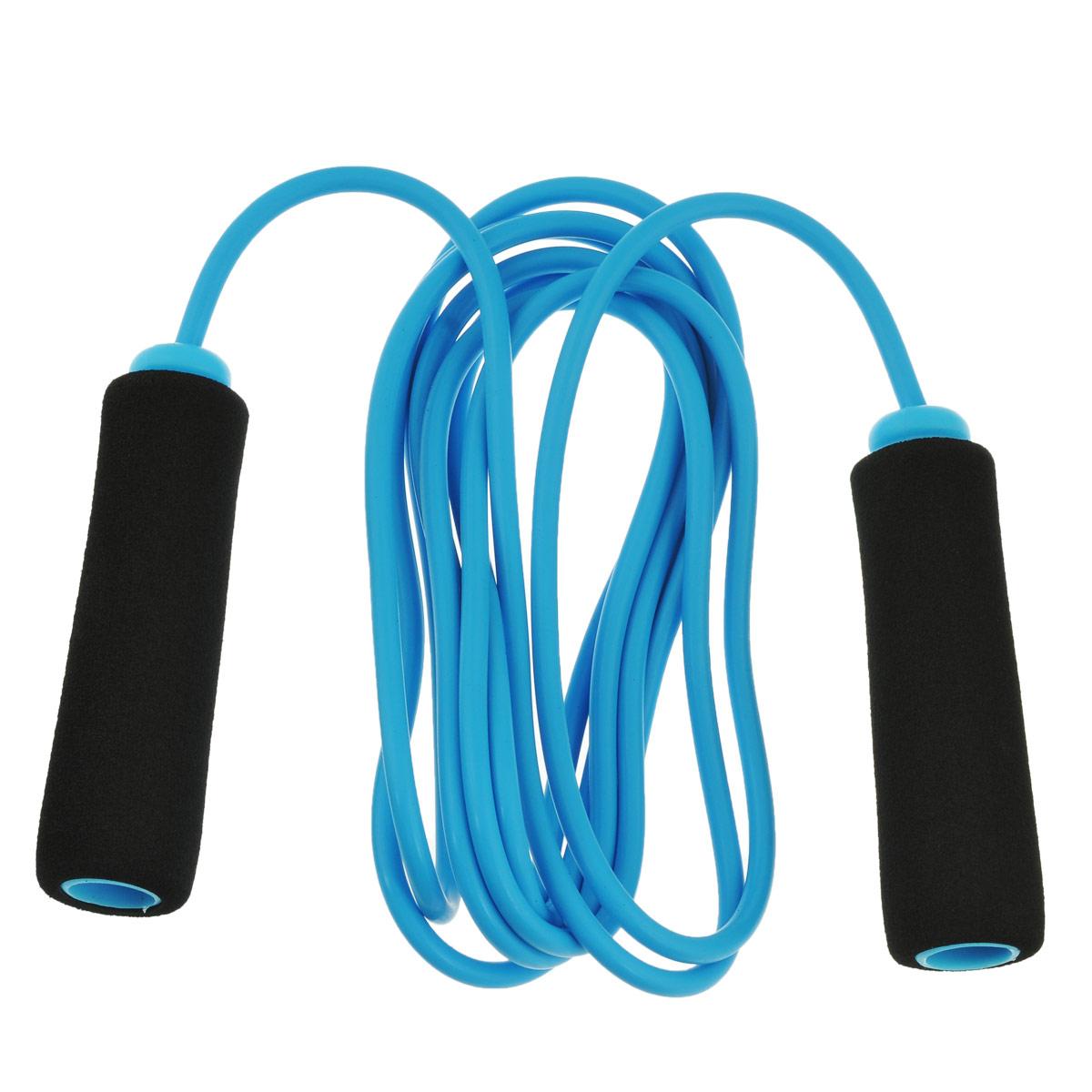 Скакалка Start Up Jump Rope, цвет: голубой. JR-15ASF 0085Скакалка Start Up Jump Rope предназначена для укрепления мышц рук, ног и общей тренировки. Благодаря особому, специально разработанному составу неопренового покрытия скакалку приятно держать в руках. Неопрен в течение всей тренировки отводит выделяющуюся влагу из зоны контакта ладони с рукояткой, оставляя ее сухой и не позволяявыскальзывать.Длина скакалки: 250 см.Размер ручки: 10 см х 2,8 см.