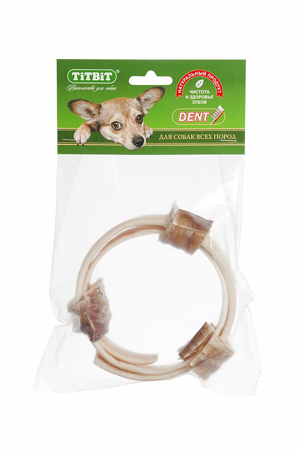 Лакомство для собак Titbit, кольцо из говяжьей кожи с трахеей, диаметр 11 см1967Лакомство для собак Titbit - это комбинированное лакомство из высушенной говяжьей кожи и резаной говяжьей трахеи в форме кольца диаметром 11 см. Говяжья кожа благодаря большому содержанию аминокислот и коллагена положительно воздействует на состояние кожи и шерсти собаки. Говяжья трахея - это низкокалорийное, богатое хрящевой и соединительной тканью лакомство. Лакомство способствует укреплению десен и жевательных мышц. Развивает зубочелюстной аппарат, отвлекает собаку во время смены зубов.Состав: высушенная говяжья кожа, трахея говяжья.Товар сертифицирован.