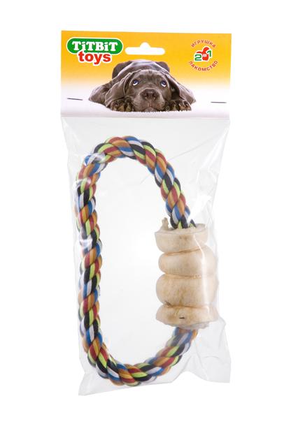 Игрушка с лакомством для собак Titbit Тяни-толкай. Кольцо, с рулетом из говяжьей кожи0120710Оригинальная и привлекательная для собак комбинация игрушки (кольцаиз прочного хлопкового каната диаметром 18 мм) и ароматного натурального лакомства – рулета из говяжьей кожи. Структура каната и лакомства способствует укреплению десен, очищению зубов собаки от налёта и снижению риска образования зубного камня.Состав: Высушенные говяжья кожа, 100% хлопковый канат