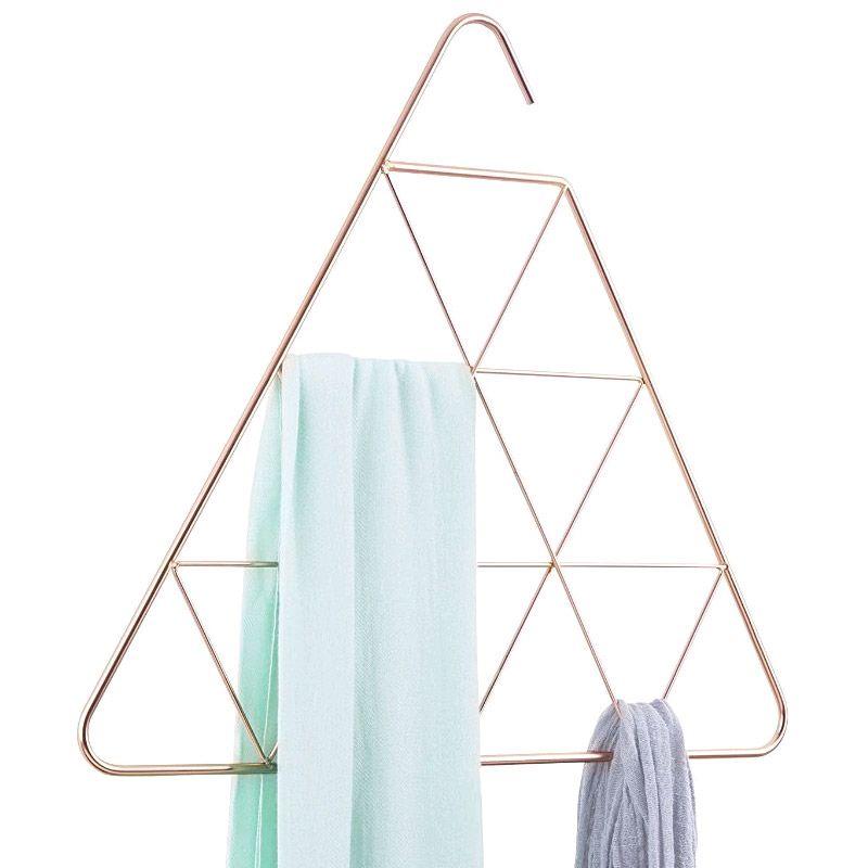 Органайзер для шарфов Umbra Pendant, треугольныйRG-D31SОрганайзер для шарфов Umbra Pendant изготовлен из металла с бронзовым покрытием, изделие имеет 15 треугольных ячеек. Занимательная геометрия превращает органайзер для шарфов в настоящее произведение искусства. Даже жаль, что такая красота будет висеть в шкафу, и никто ее не увидит. Но зато она отлично подойдет для шарфов, платков и ремней, каждый из которых вы можете поместить в ячейки внутри конструкции. Вешается органайзер на штангу для вешалок. Размер ячейки: 12 х 10 см.