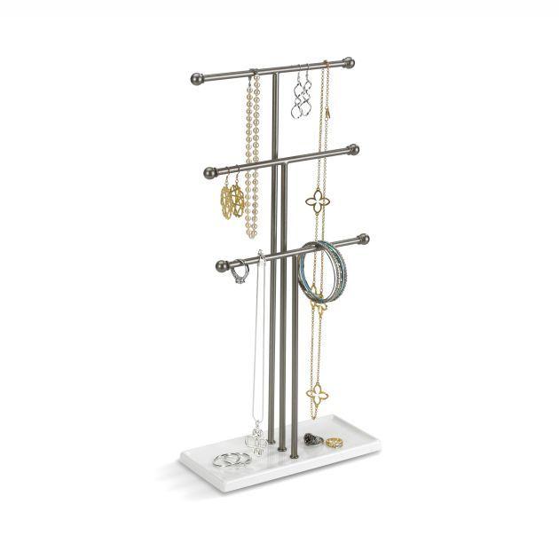 Декоративный держатель для украшений Umbra Trigem54 009318Высокотехнологично и высокофункционально: трехярусный держатель для украшений продуман для мелочей. Самый высокий - для бус, средний - для длинных серег и цепочек, малый - для браслетов, сережек, колец. Плюс подставка держателя как дополнительное пространство для часов или клипс.Если ваши украшения хранятся в коробке или еще хуже - валяются в ящике стола, то самое время организовать их!Высота: 48,3 см.