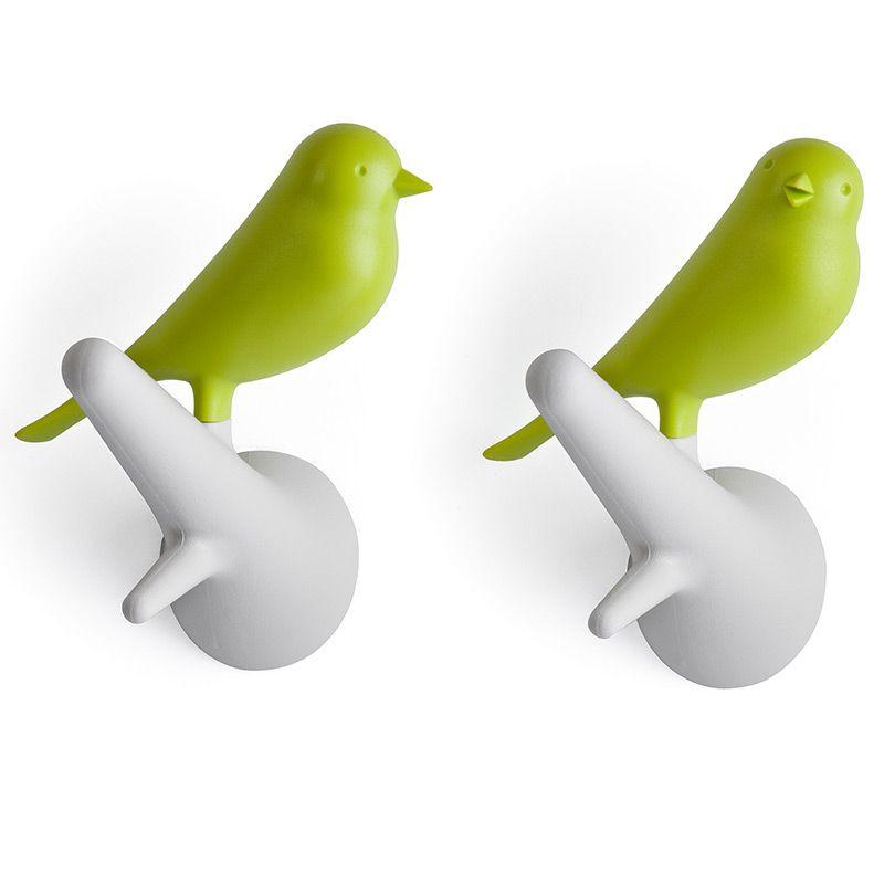 Вешалки настенные Sparrow 2 шт. белые/зеленые74-0060Знаменитый Воробей от Qualy! Даже самые заядлые скептики не останутся равнодушными к этим утонченным вешалкам. В комплекте две птички, надежно прикрепляемые к стене. С помощью птичек разных цветов можно создать удивительную композицию, одинаково хорошо смотрящуюся дома, в офисе, магазине или кафе.Материал: пластик; цвет: зеленый