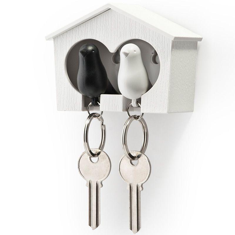 Держатель для ключей Qualy Sparrow, двойной, цвет: белый, черный54 009312Держатель для ключей Qualy Sparrow изготовлен из пластика и выполнен в виде домика с птичками. Птичка в домике означает, что вы уже дома. Теперь вы всегда будете знать, где ваш ключ, а не искать его в ящиках и на полках перед выходом из дома. Но птичка не только брелок, это еще и свисток - когда вы уже готовы к выходу из дома или только что пришли, об этом можно оповестить всю семью! С декоративной точки зрения можно создать удивительную композицию из нескольких домиков и птичек - таким образом, у каждого члена семьи будет свой домик!Держатель имеет два отверстия для подвешивания на стену, также его можно закрепить на клейкую основу. Размер держателя: 9,5 см х 4,5 см х 7 см. Размер брелока (без учета кольца): 6 см х 3,5 см х 2 см.