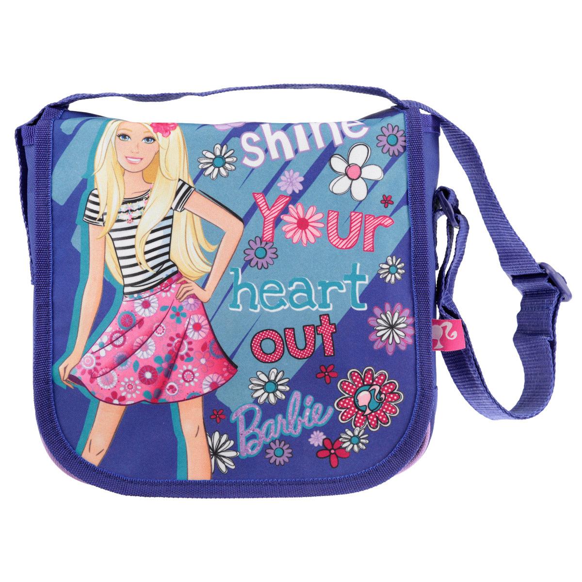 Сумочка детская Barbie, цвет: фиолетовыйBRCB-UT4-4022Стильная детская сумочка Barbie, оформленная изображением известной игрушки Барби, несомненно, понравится вашей малышке.Сумочка имеет одно вместительное отделение, закрывающееся на металлическую застежку-молнию и клапаном на липучках, что дает дополнительную сохранность содержимого сумочки. Сумочка оснащена регулируемым по длине ремнем для переноски, благодаря чему подойдет детям любого роста.Окантовка сумки выполнена из плотной текстильной каймы. Каждая юная поклонница популярной серии игрушек, будет рада такому аксессуару.Предназначено для детей 7-10 лет.