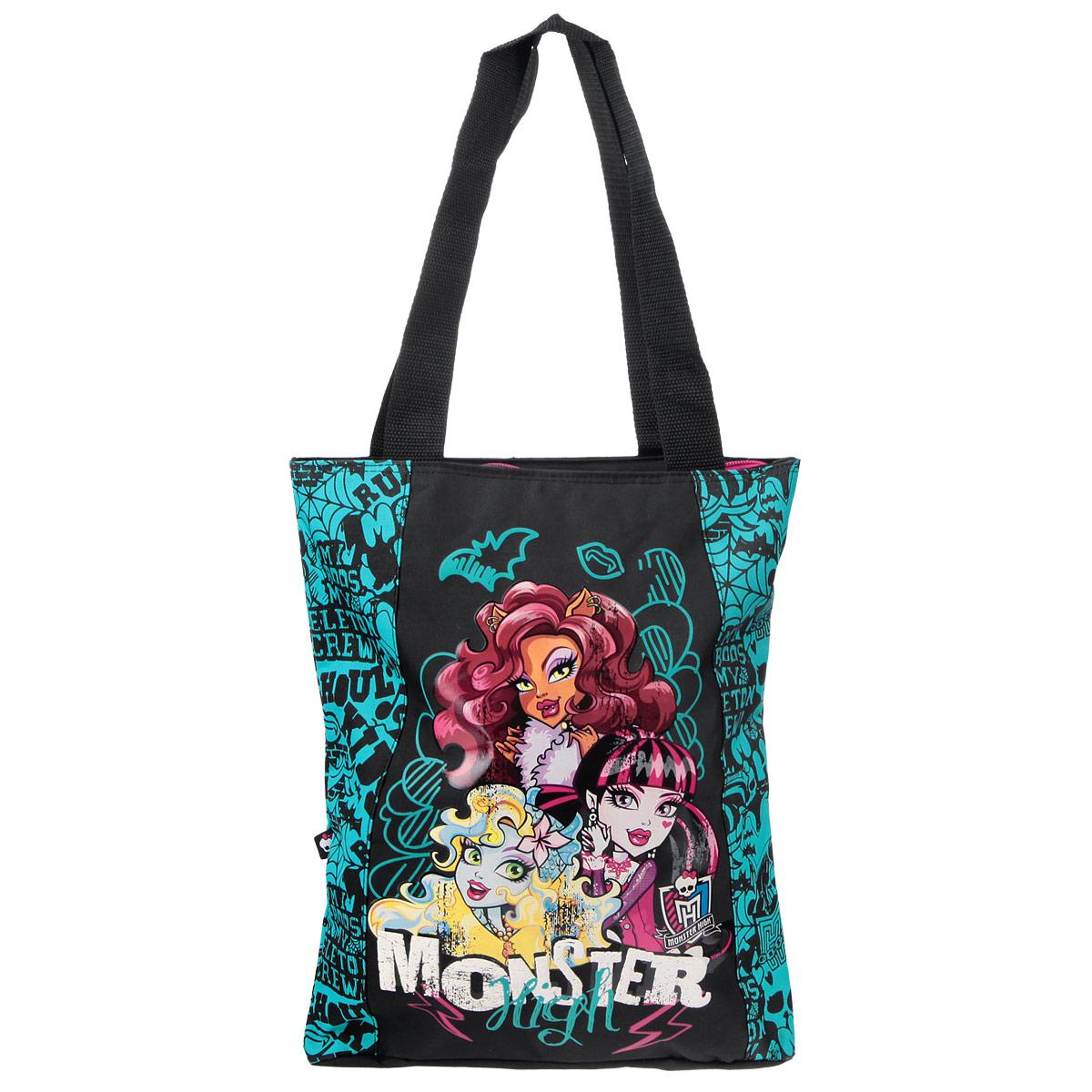 Сумка детская Monster High, цвет: черный, бирюзовый. MHBA-UT1-5011B72523WDЭффектная детская сумка Monster High обязательно понравится вашему ребенку. Сумочка выполнена из легкого текстильного материала и украшена ярким принтом с изображением героев одноименного популярного мультсериала. Сумка имеет одно большое внутреннее отделение, которое застегивается на молнию. Внутри находится небольшой вшитый карман на молнии. Яркую сумку с длинными текстильными ручками можно носить как в руках, так и на плече.