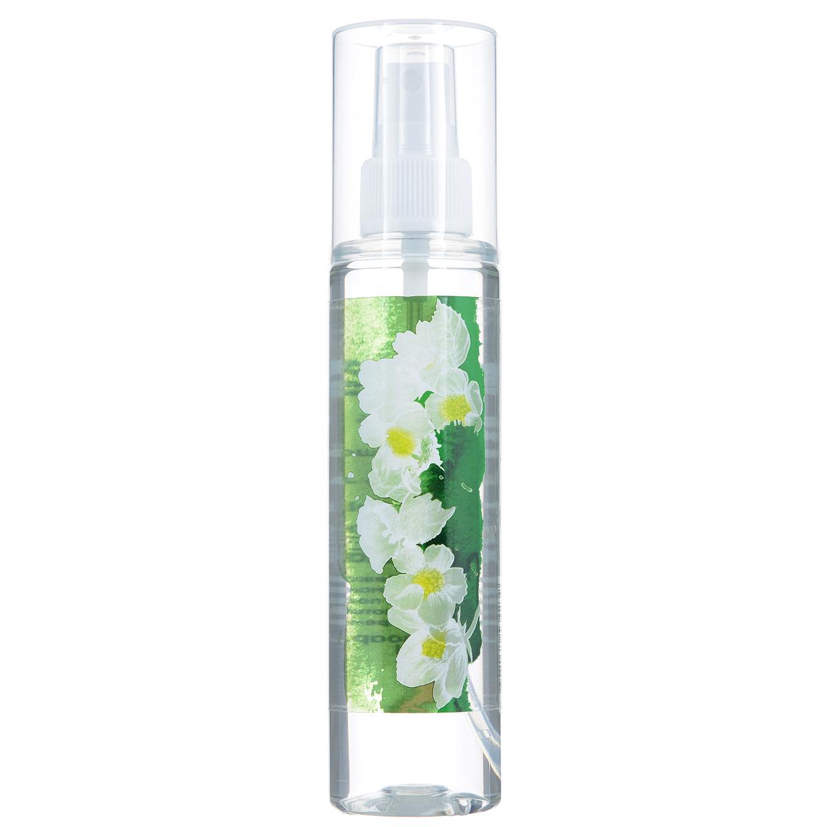 Зейтун Гидролат Жасмин, 125 млFS-00897Лучше всего цветочная вода жасмина подходит для сухой и чувствительной кожи, она тонизирует её и успокаивает, увлажняет. Придаёт эпидермису необходимую мягкость и эластичность, активизирует важные процессы обмена веществ. Для усиления эффекта рекомендуем чередовать с гидролатом розы дамасской.Гидролат жасмина вы также можете использовать и другими способами: • добавлять в воду, когда принимаете ванну, • для снятия макияжа и умывания, • применять как ополаскиватель после мытья волос, чтобы разгладить пряди и облегчить их расчёсывание, • для ароматизации тела и волос, • наносить перед применением крема или косметического масла, ради подготовки кожи и усиления воздействия средства, • использовать для тонизации кожи после скраба или пилинга, • разводить сухие глиняные маски, улучшая их эффект и придавая коже цветочный запах.Цветочная вода жасмина полностью натуральна, поэтому чувствительна к свету, высоким температурам и микроорганизмам, и храниться она может не более 12 месяцев, причём мы настоятельно рекомендуем держать её в холодильнике. В случае аллергической реакции (жжение, покраснение) следует использовать менее концентрированный раствор (разбавить водой в пропорции 1:3-1:4).