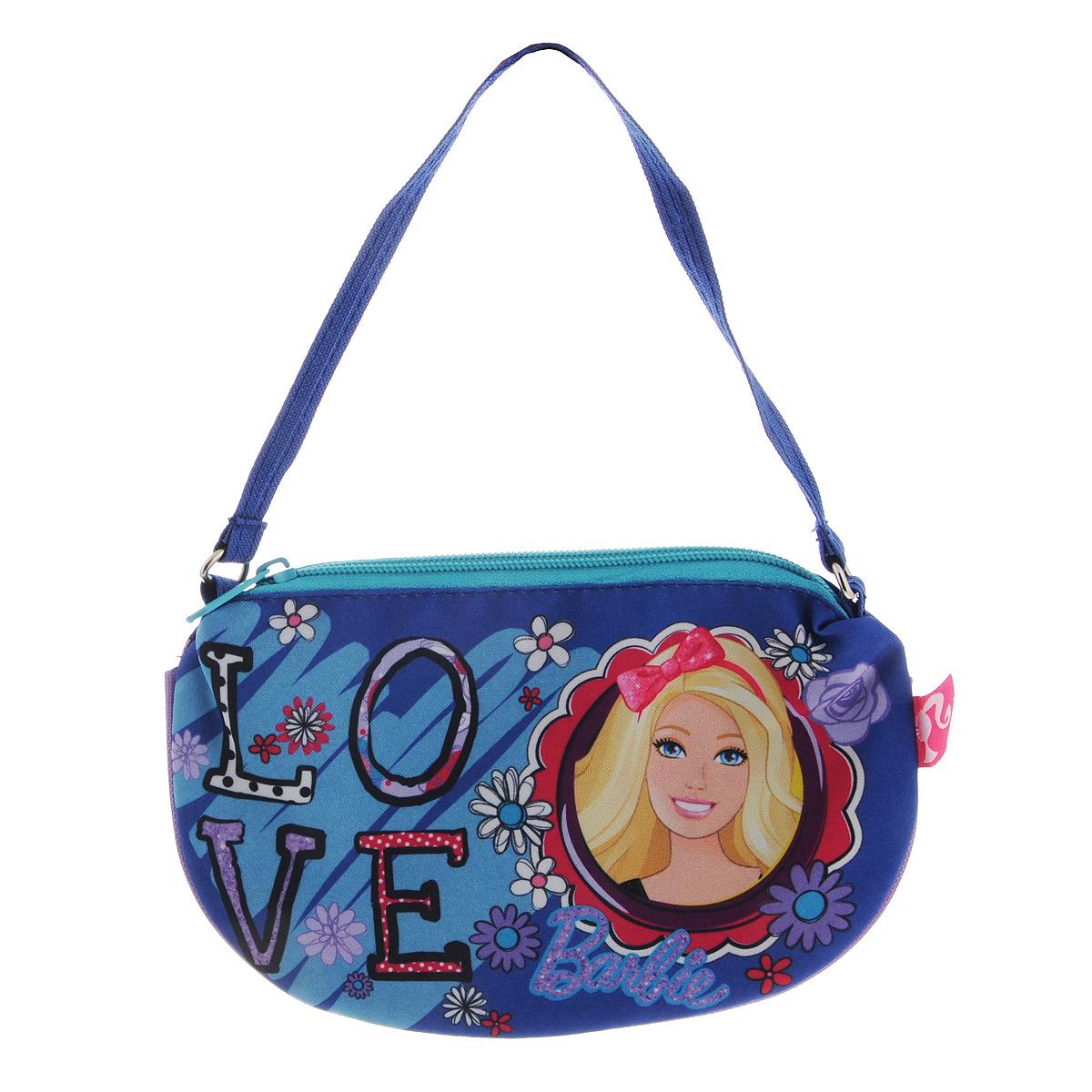 Сумочка Barbie, цвет: синий. BRCB-UT4-4017ASB4005/2 SETЯркая сумочка Barbie станет незаменимым аксессуаром для вашей маленькой модницы!Она изготовлена из текстильного материала и оформлена объемной аппликацией в виде изображения любимой сказочной героини. Сумка имеет одно отделение и закрывается на застежку-молнию. Ваша малышка с удовольствием будет носить в ней свои вещи, любимые игрушки или аксессуары. Порадуйте ее таким замечательным подарком!