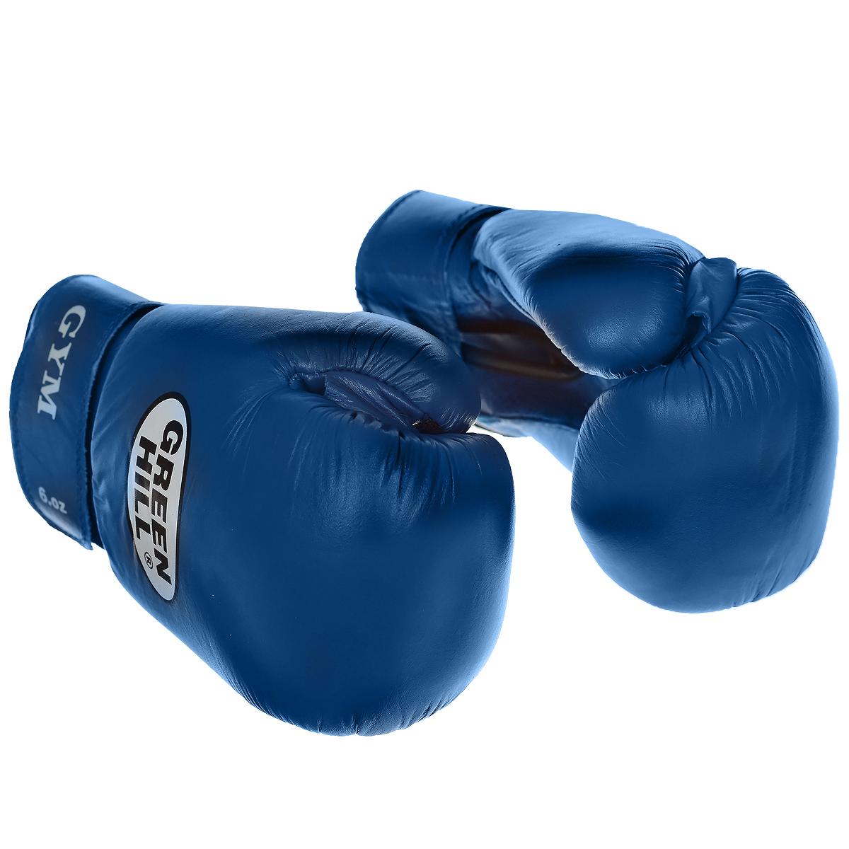 Перчатки боксерские Green Hill Gym, цвет: синий. Вес 6 унцийadiBT031Боксерские перчатки Green Hill Gym специально разработаны для тренировочных спаррингов. Верх выполнен из натуральной кожи, наполнитель - из предварительно сформированного пенополиуретана. Перфорированная поверхность в области ладони позволяет создать максимально комфортный терморежим во время занятий. Широкий ремень, охватывая запястье, полностью оборачивается вокруг манжеты, благодаря чему создается дополнительная защита лучезапястного сустава от травмирования. Застежка на липучке способствует быстрому и удобному одеванию перчаток, плотно фиксирует перчатки на руке.