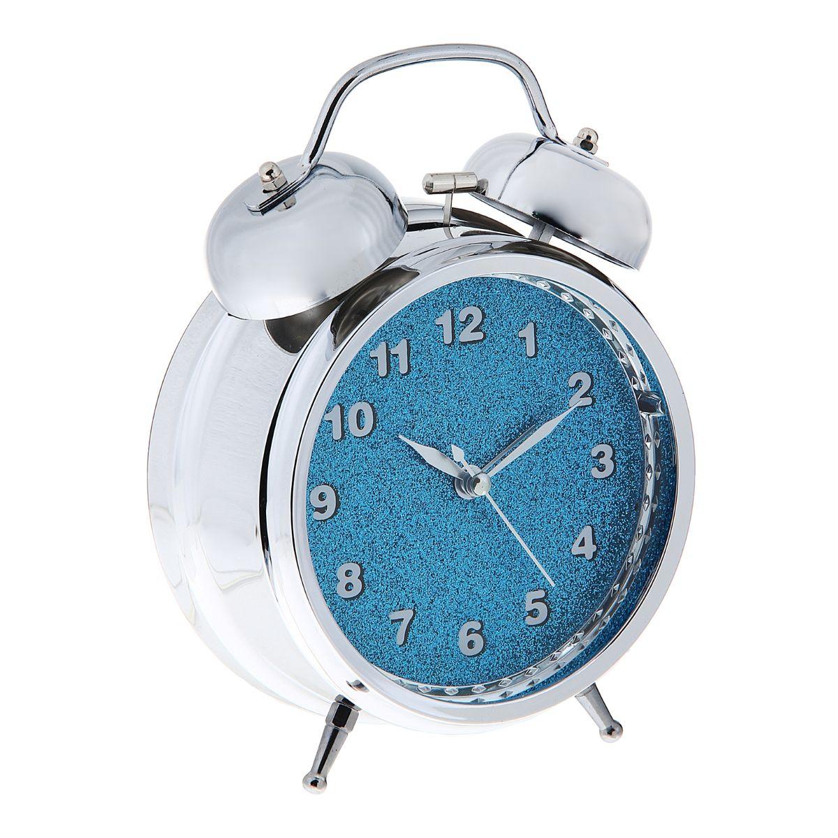 Часы-будильник Sima-land, цвет: серебристый, синий. 1056419MRC 4119 P schwarzКак же сложно иногда вставать вовремя! Всегда так хочется поспать еще хотя бы 5 минут и бывает, что мы просыпаем. Теперь этого не случится! Яркий, оригинальный будильник Sima-land поможет вам всегда вставать в нужное время и успевать везде и всюду. Будильник украсит вашу комнату и приведет в восхищение друзей.На задней панели будильника расположены переключатель включения/выключения механизма, а также два колесика для настройки текущего времени и времени звонка будильника. Также будильник оснащен кнопкой, при нажатии и удержании которой подсвечивается циферблат.Будильник работает от 3 батареек типа АА (не входят в комплект).