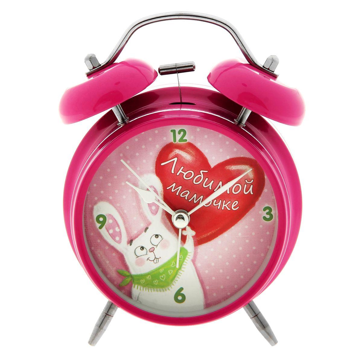 Часы-будильник Sima-land Любимой мамочкеVT-6606(BK)Как же сложно иногда вставать вовремя! Всегда так хочется поспать еще хотя бы 5 минут и бывает, что мы просыпаем. Теперь этого не случится! Яркий, оригинальный будильник Sima-land Любимой мамочке поможет вам всегда вставать в нужное время и успевать везде и всюду.Корпус будильника выполнен из металла. Циферблат оформлен изображением забавного зайца с сердечком и надписью: Любимой мамочке, имеет индикацию арабскими цифрами. Часы снабжены 4 стрелками (секундная, минутная, часовая и для будильника). На задней панели будильника расположен переключатель включения/выключения механизма, а также два колесика для настройки текущего времени и времени звонка будильника. Также будильник оснащен кнопкой, при нажатии и удержании которой подсвечивается циферблат.Пользоваться будильником очень легко: нужно всего лишь поставить батарейку, настроить точное время и установить время звонка. Необходимо докупить 1 батарейку типа АА (не входит в комплект).
