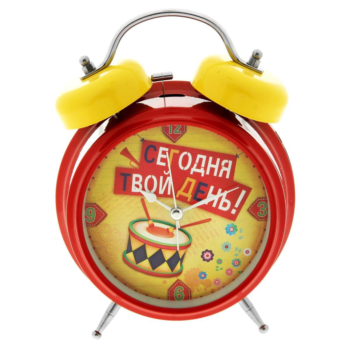 Часы-будильник Sima-land Сегодня твой день!N-08Как же сложно иногда вставать вовремя! Всегда так хочется поспать еще хотя бы 5 минут и бывает, что мы просыпаем. Теперь этого не случится! Яркий, оригинальный будильник Sima-land Сегодня твой день! поможет вам всегда вставать в нужное время и успевать везде и всюду. Будильник украсит вашу комнату и приведет в восхищение друзей. Время показывает точно и будит в установленный час.На задней панели будильника расположены переключатель включения/выключения механизма, а также два колесика для настройки текущего времени и времени звонка будильника. Также будильник оснащен кнопкой, при нажатии и удержании которой, подсвечивается циферблат. Будильник работает от 1 батарейки типа C напряжением 1,5V (не входит в комплект).