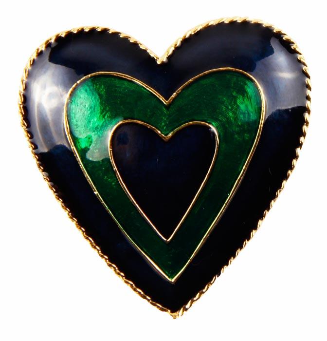 Винтажная брошь Сердце. Бижутерный сплав, полихромные эмали. Конец ХХ векаАжурная брошьВинтажная брошь Сердце.Бижутерный сплав, полихромные эмали. Конец ХХ века .Размер броши 4 х 4 см.Сохранность хорошая. На обороте брошь имеет каталожный номер компании производителя .Брошь выполнена в форме сердца.Вся поверхность сердечка заполнена синей и зеленой эмалью . .Брошь станет стильным украшением для творческой натуры и гармонично дополнит Ваш наряд, станет завершающим штрихом в создании образа.