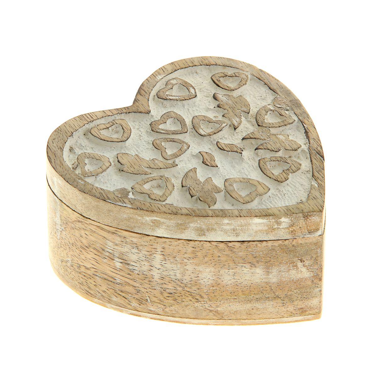 Шкатулка Sima-land Амур, 10 х 10 х 4,5 см25051 7_зеленыйШкатулка Sima-land Амур изготовлена из дерева - натурального материала, словно пропитанного теплом яркого солнца. Изделие выполнено в форме сердца. Резная крышка украшена узором в виде сердечек. Внутри одно отделение. Такая шкатулка - не простой сувенир. Ее функция не только декоративная, но и сугубо практическая - служить удобным и надежным местом для хранения самых разных мелочей. Разумеется, особо неравнодушны к этим элегантным предметам интерьера женщины. Мастерицы кладут в шкатулки швейные и рукодельные принадлежности. Модницы и светские львицы - любимые украшения и аксессуары. И, конечно, многие представительницы прекрасного пола хранят в шкатулках, убранных в укромный уголок, какие-то памятные знаки: фотографии, старые письма, сувениры, напоминающие о важных событиях и особо счастливых моментах, сухие лепестки роз и другие небольшие сокровища.