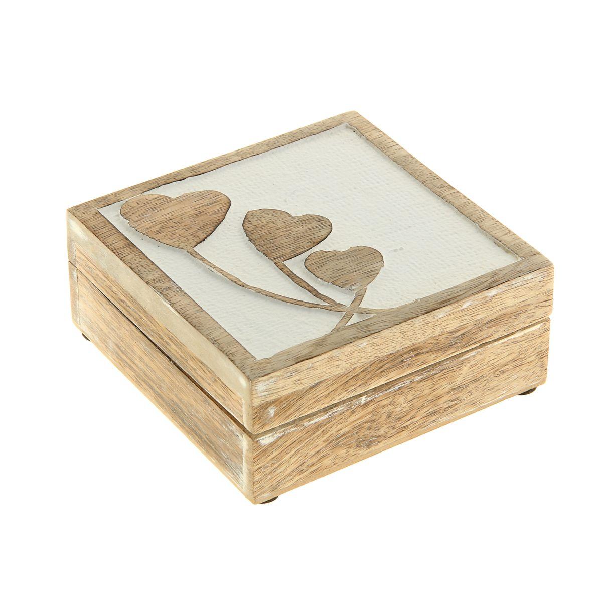 Шкатулка Sima-land Романтика, 13 см х 13 см х 5,5 смFS-91909Шкатулка Sima-land Романтика изготовлена из дерева - натурального материала, словно пропитанного теплом яркого солнца. Крышка украшена узором. Внутри одно отделение.Такая шкатулка - не простой сувенир. Ее функция не только декоративная, но и сугубо практическая - служить удобным и надежным местом для хранения самых разных мелочей. Разумеется, особо неравнодушны к этим элегантным предметам интерьера женщины. Мастерицы кладут в шкатулки швейные и рукодельные принадлежности. Модницы и светские львицы - любимые украшения и аксессуары. И, конечно, многие представительницы прекрасного пола хранят в шкатулках, убранных в укромный уголок, какие-то памятные знаки: фотографии, старые письма, сувениры, напоминающие о важных событиях и особо счастливых моментах, сухие лепестки роз и другие небольшие сокровища.