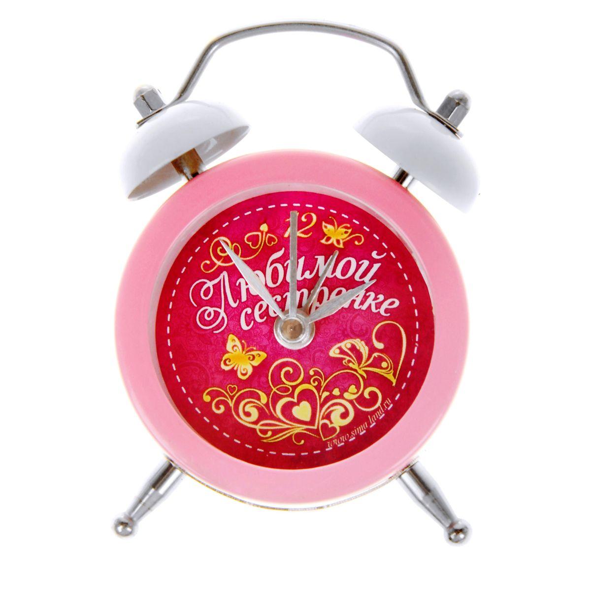 Часы-будильник Sima-land Любимой сестренке, цвет: розовый, белыйMRC 4121 P schwarzКак же сложно иногда вставать вовремя! Всегда так хочется поспать еще хотя бы 5 минут и бывает, что мы просыпаем. Теперь этого не случится! Яркий, оригинальный будильник Sima-land Любимой сестренке поможет вам всегда вставать в нужное время и успевать везде и всюду. Будильник станет отличным подарком. Эта уменьшенная версия привычного будильника умещается на ладони и работает так же громко, как и привычные аналоги. Время показывает точно и будит в установленный час.На задней панели будильника расположены переключатель включения/выключения механизма, а также два колесика для настройки текущего времени и времени звонка будильника.Будильник работает от 1 батарейки типа LR44 (входит в комплект).