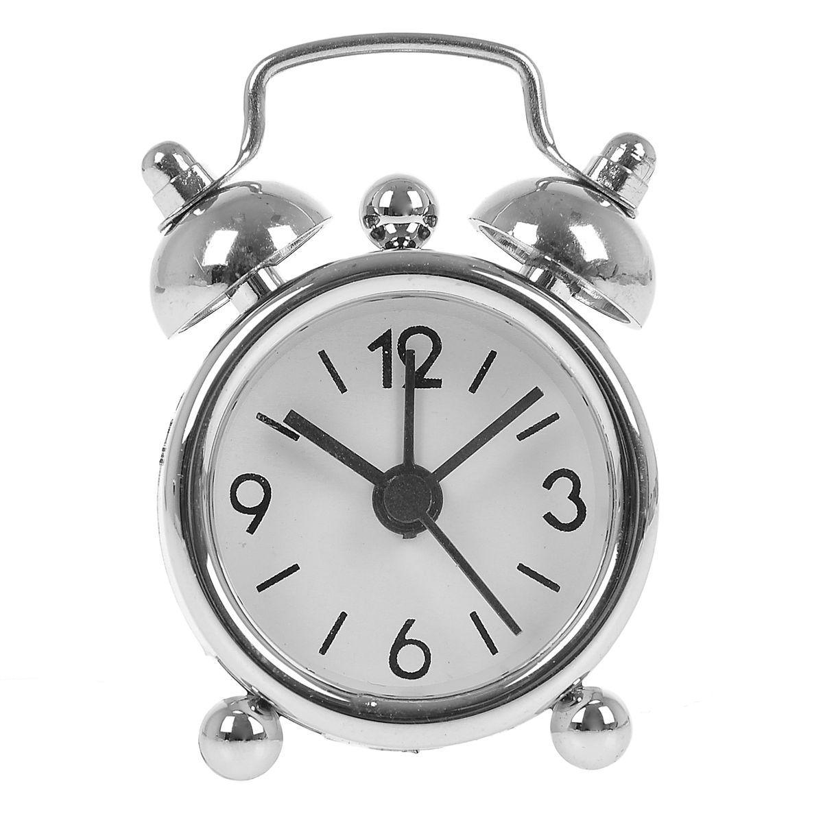 Часы-будильник Sima-land, цвет: серебристый. 840939839674Как же сложно иногда вставать вовремя! Всегда так хочется поспать еще хотябы 5 минут и бывает, что мы просыпаем. Теперь этого не случится! Яркий, оригинальный будильник Sima-land поможет вам всегда вставать в нужное время и успевать везде и всюду. Будильник украсит вашу комнату и приведет в восхищение друзей. Эта уменьшенная версия привычного будильника умещается на ладони и работает так же громко, как и привычные аналоги. Время показывает точно и будит в установленный час.На задней панели будильника расположены переключатель включения/выключения звонка, который будет подавать звуковой сигнал, пока не будет отключен, а также два колесика для настройки текущего времени и времени звонка будильника.Будильник работает от 1 батарейки типа LR44 (входит в комплект).