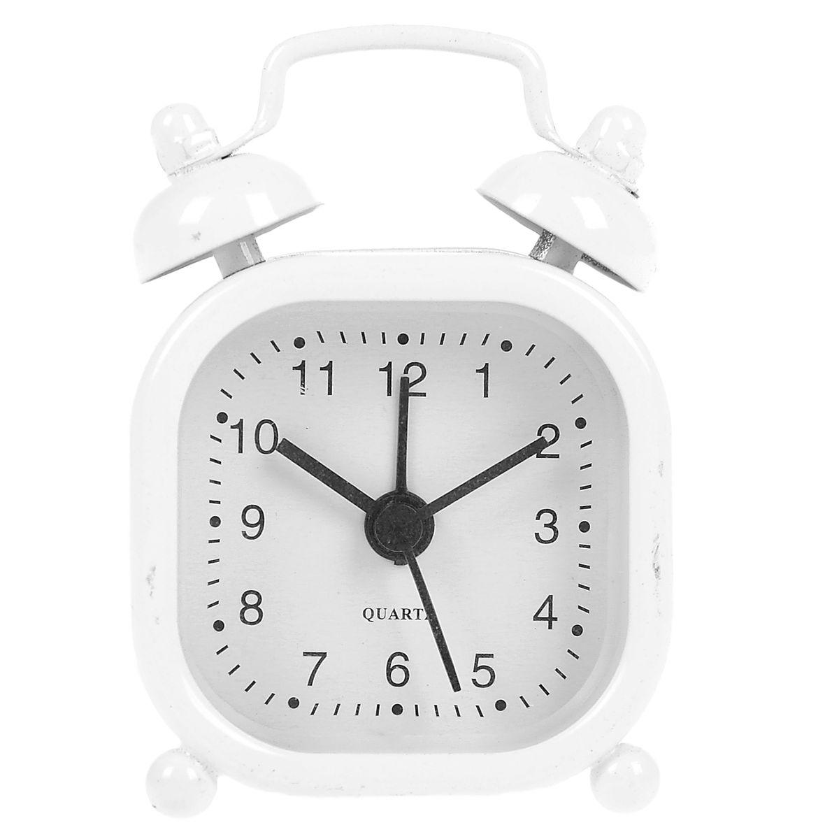 Часы-будильник Sima-land, цвет: белый. 840949MRC 4142 schwarzКак же сложно иногда вставать вовремя! Всегда так хочется поспать еще хотя бы 5 минут и бывает, что мы просыпаем. Теперь этого не случится! Яркий, оригинальный будильник Sima-land поможет вам всегда вставать в нужное время и успевать везде и всюду. Будильник украсит вашу комнату и приведет в восхищение друзей. Эта уменьшенная версия привычного будильника умещается на ладони и работает так же громко, как и привычные аналоги. Время показывает точно и будит в установленный час.На задней панели будильника расположены переключатель включения/выключения механизма, а также два колесика для настройки текущего времени и времени звонка будильника.Будильник работает от 1 батарейки типа LR44 (входит в комплект).