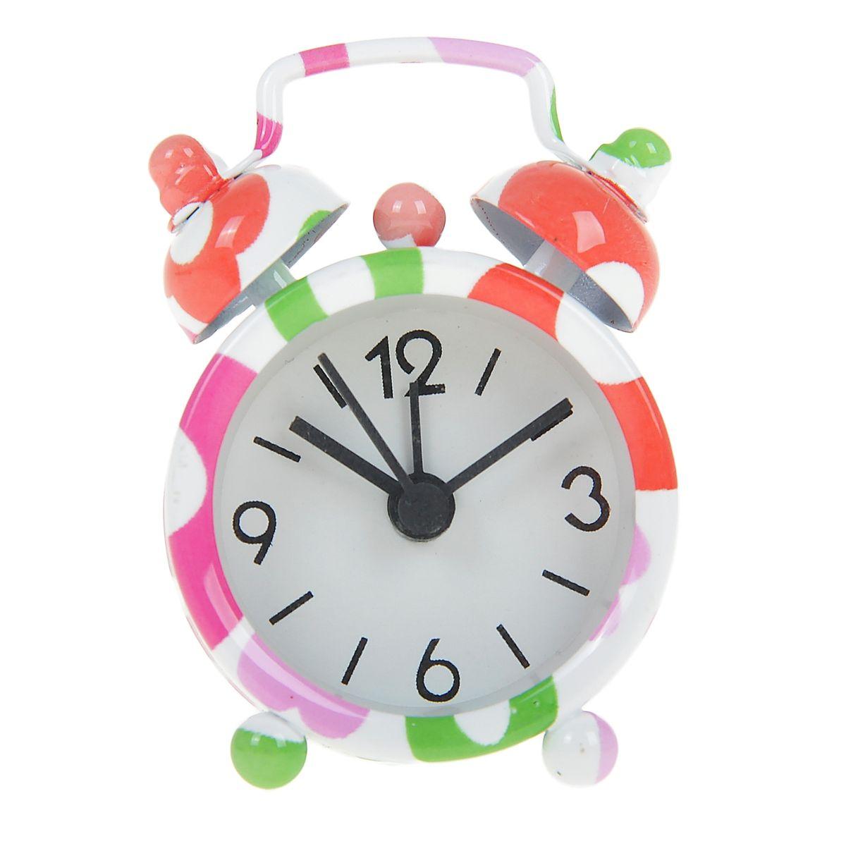 Часы-будильник Sima-land Полевые цветы840939Как же сложно иногда вставать вовремя! Всегда так хочется поспать еще хотя бы 5 минут и бывает, что мы просыпаем. Теперь этого не случится! Яркий, оригинальный будильник Sima-land Полевые цветы поможет вам всегда вставать в нужное время и успевать везде и всюду. Будильник украсит вашу комнату и приведет в восхищение друзей. Эта уменьшенная версия привычного будильника умещается на ладони и работает так же громко, как и привычные аналоги. Время показывает точно и будит в установленный час.На задней панели будильника расположены переключатель включения/выключения механизма, а также два колесика для настройки текущего времени и времени звонка будильника.Будильник работает от 1 батарейки типа LR44 (входит в комплект).