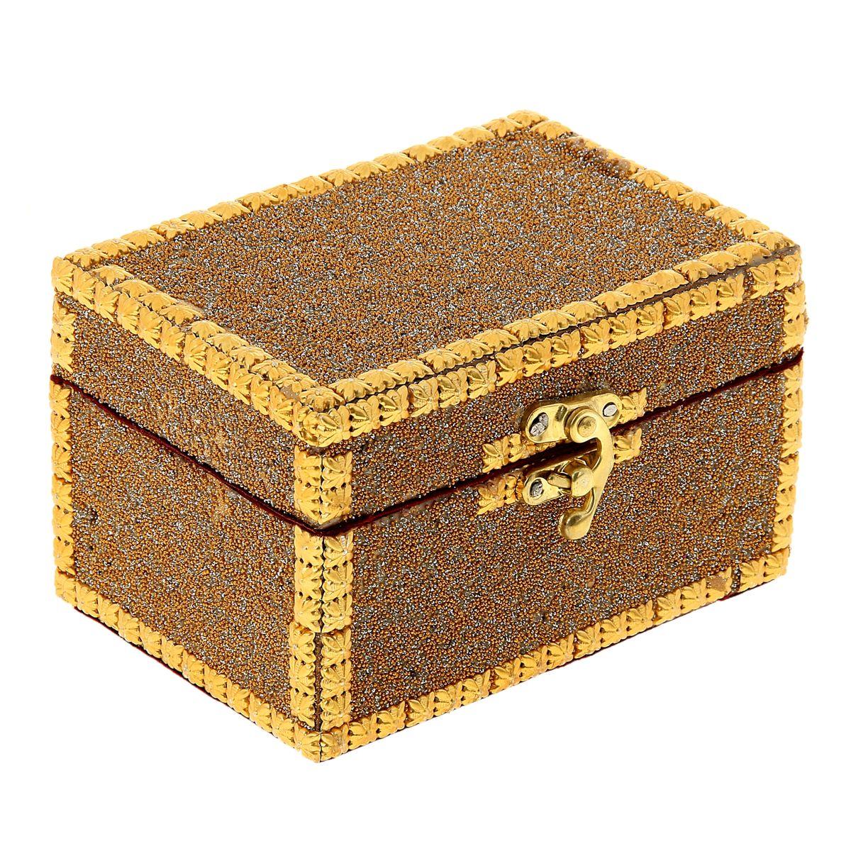 Шкатулка Sima-land Инкрустированная, 14,5 см х 10 см х 9 смFS-80299Шкатулка Sima-land Инкрустированная изготовлена из МДФ и металла. Шкатулка имеет одно отделение, обитое тканью, и замок. Такая шкатулка - не простой сувенир. Ее функция не только декоративная, но и сугубо практическая - служить удобным и надежным местом для хранения самых разных мелочей. Разумеется, особо неравнодушны к этим элегантным предметам интерьера женщины. Мастерицы кладут в шкатулки швейные и рукодельные принадлежности. Модницы и светские львицы - любимые украшения и аксессуары. И, конечно, многие представительницы прекрасного пола хранят в шкатулках, убранных в укромный уголок, какие-то памятные знаки: фотографии, старые письма, сувениры, напоминающие о важных событиях и особо счастливых моментах, сухие лепестки роз и другие небольшие сокровища.