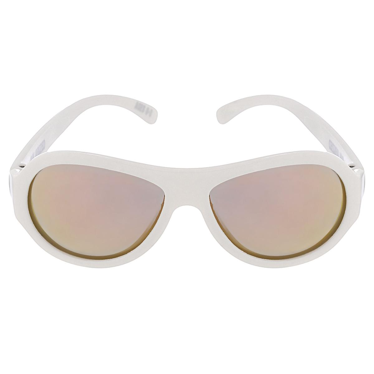Детские солнцезащитные очки Babiators Шалун (Wicked), поляризационные, с футляром, цвет: белый, 3-7 летINT-06501Защита глаз всегда в моде.Вы делаете все возможное, чтобы ваши дети были здоровы и в безопасности. Шлемы для езды на велосипеде, солнцезащитный крем для прогулок на солнце... Но как насчёт влияния солнца на глазах вашего ребёнка? Правда в том, что сетчатка глаза у детей развивается вместе с самим ребёнком. Это означает, что глаза малышей не могут отфильтровать УФ-излучение. Добавьте к этому тот факт, что дети за год получают трёхкратную дозу солнечного воздействия на взрослого человека (доклад Vision Council Report 2013, США). Проблема понятна - детям нужна настоящая защита, чтобы глазки были в безопасности, а зрение сильным.Каждая пара солнцезащитных очков Babiators для детей обеспечивает 100% защиту от UVA и UVB. Прочные линзы высшего качества не подведут в самых сложных переделках. В отличие от обычных пластиковых очков, оправа Babiators выполнена из гибкого прорезиненного материала, что делает их ударопрочными, их можно сгибать и крутить - они не сломаются и вернутся в прежнюю форму. Не бойтесь, что ребёнок сядет на них - они всё выдержат. Очки доступны в двух размерах: Junior (от 6 месяцев до 3 лет) и Classic (3-7+ лет). Будьте уверены, что очки Babiators созданы безопасными, прочными и классными, так что вы и ваш маленький лётчик можете приступать к своим приключениям!